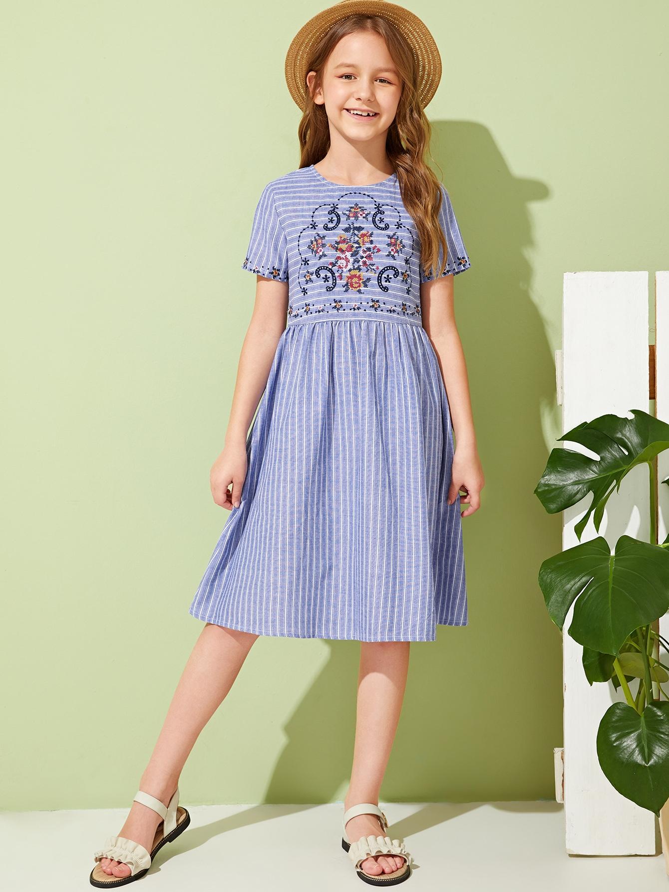 Фото - Полосатое расклешенное платье с вышивкой для девочек от SheIn цвет синие
