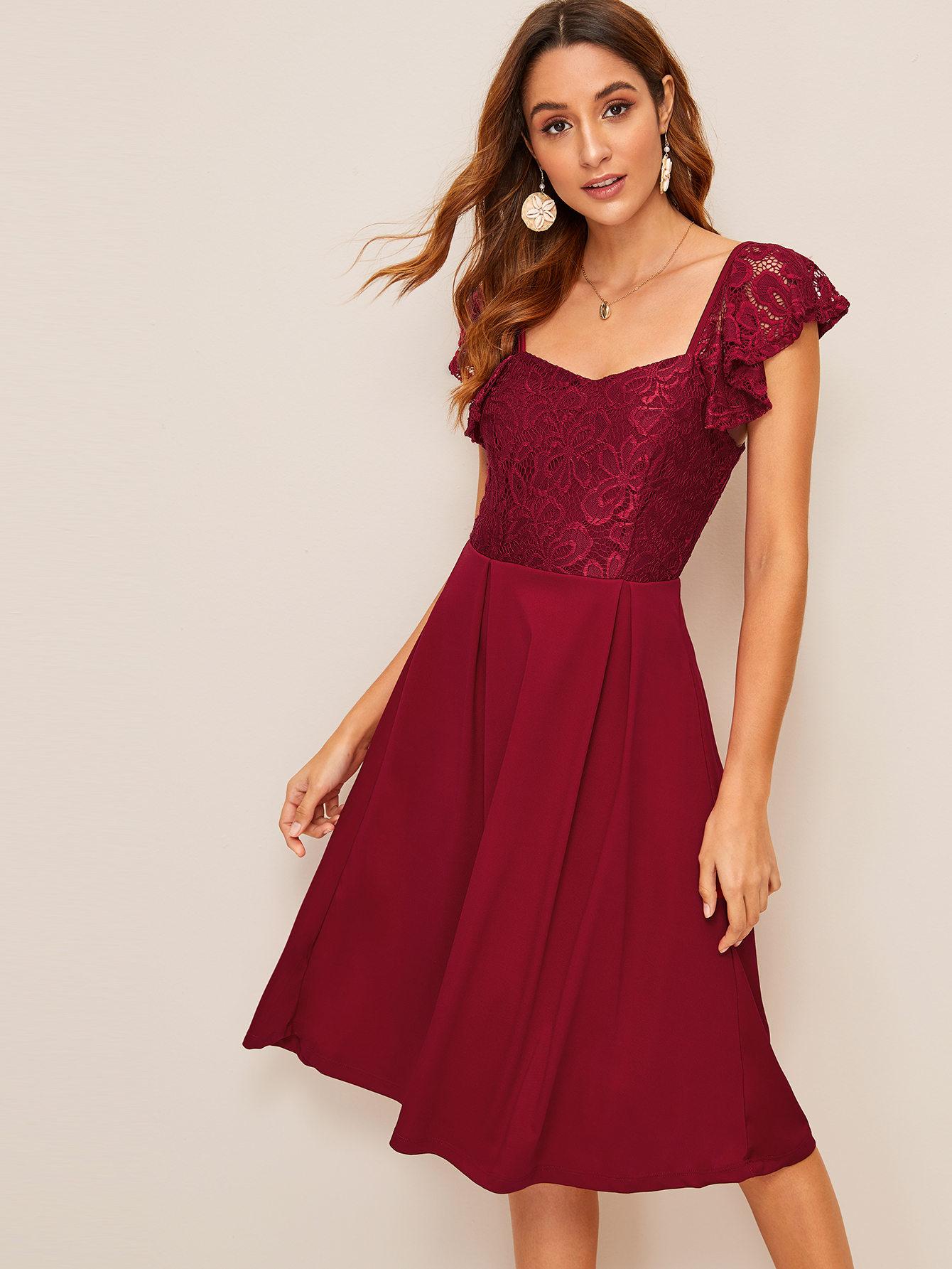 Фото - Расклешенное платье с кружевом и оборкой от SheIn цвет бургундия