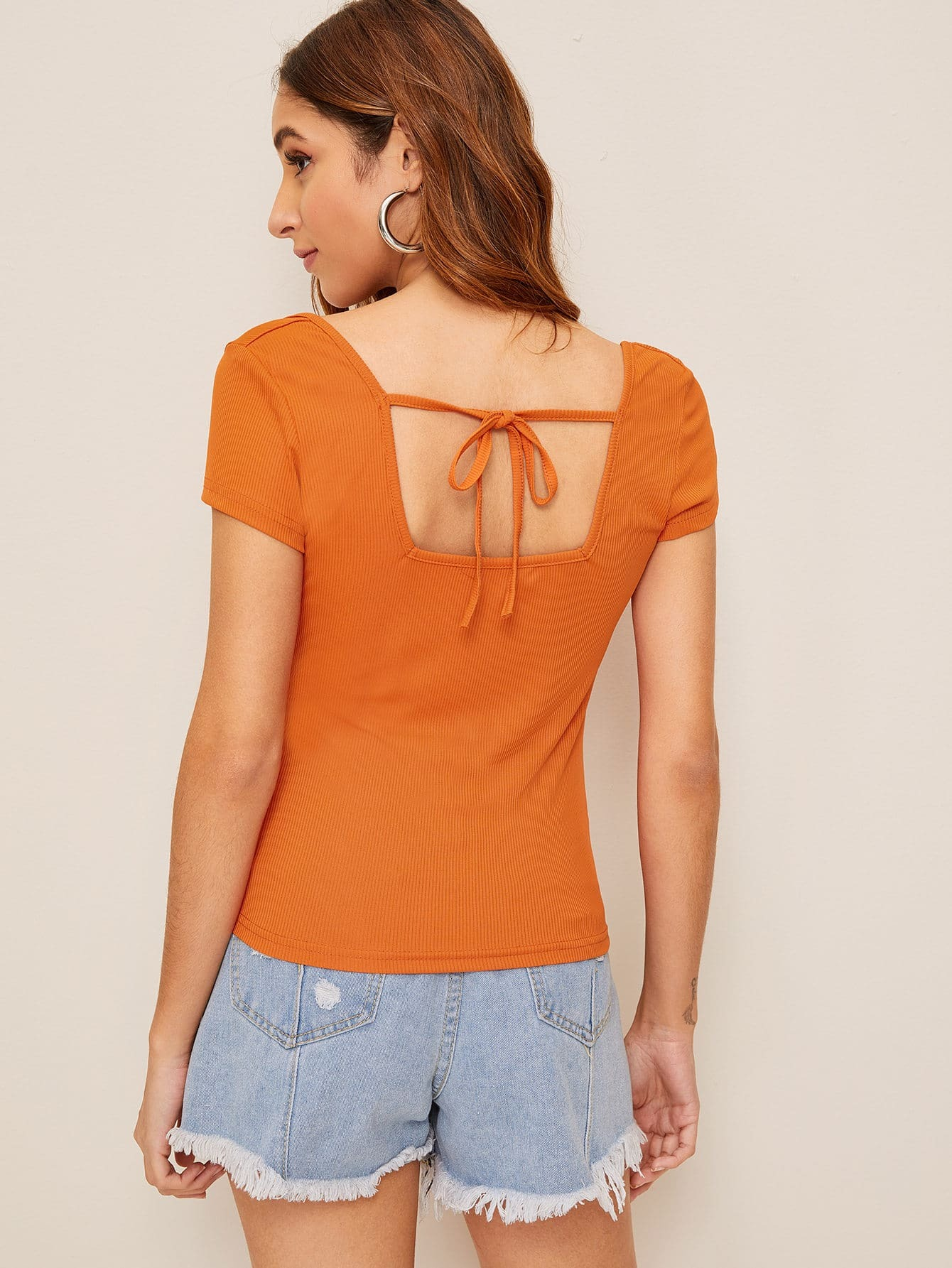 Фото - Трикотажный топ с узлом сзади от SheIn оранжевого цвета