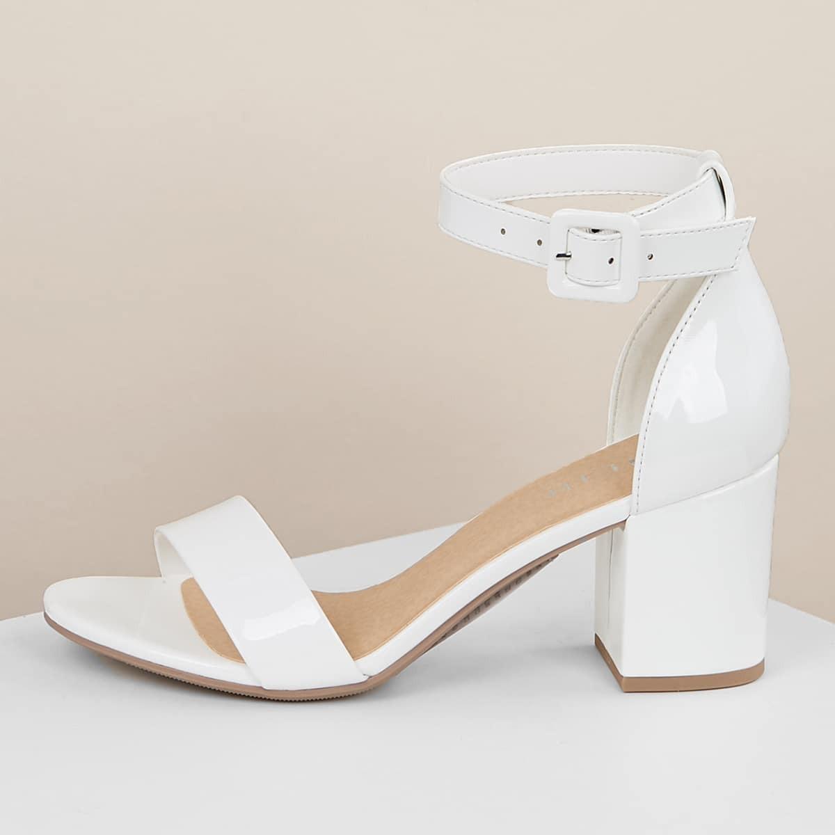Сандалии на каблуках с ремешком