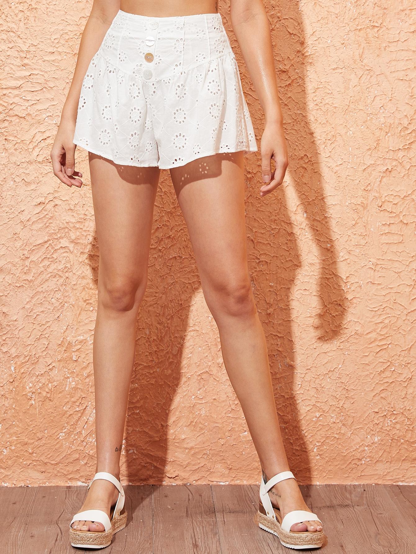 Фото - Расклешенные шорты с пуговицами от SheIn белого цвета