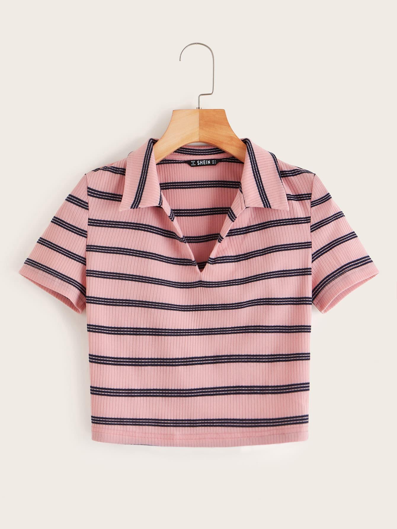 Фото - Трикотажная полосатая футболка с v-образным вырезом от SheIn розового цвета