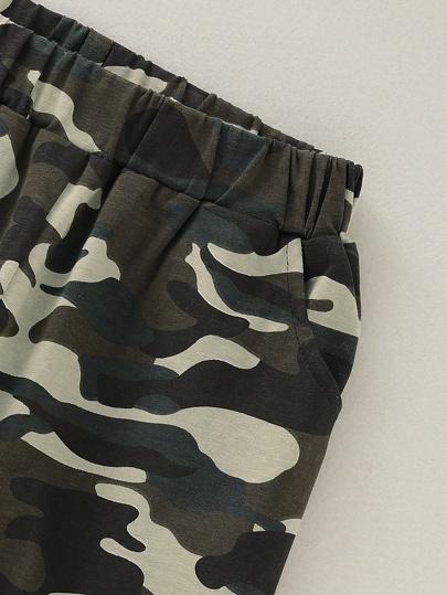 Фото 4 - Мужские брюки с поясом и текстовым принтом от SheIn черного цвета