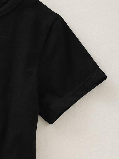 Фото 5 - Мужские брюки с поясом и текстовым принтом от SheIn черного цвета
