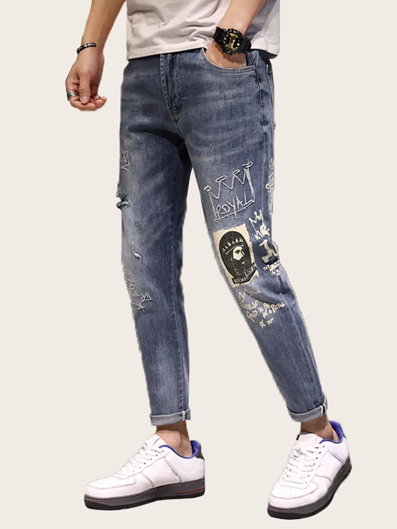 Фото - Мужские джинсы с текстовым принтом и вышивкой от SheIn синего цвета