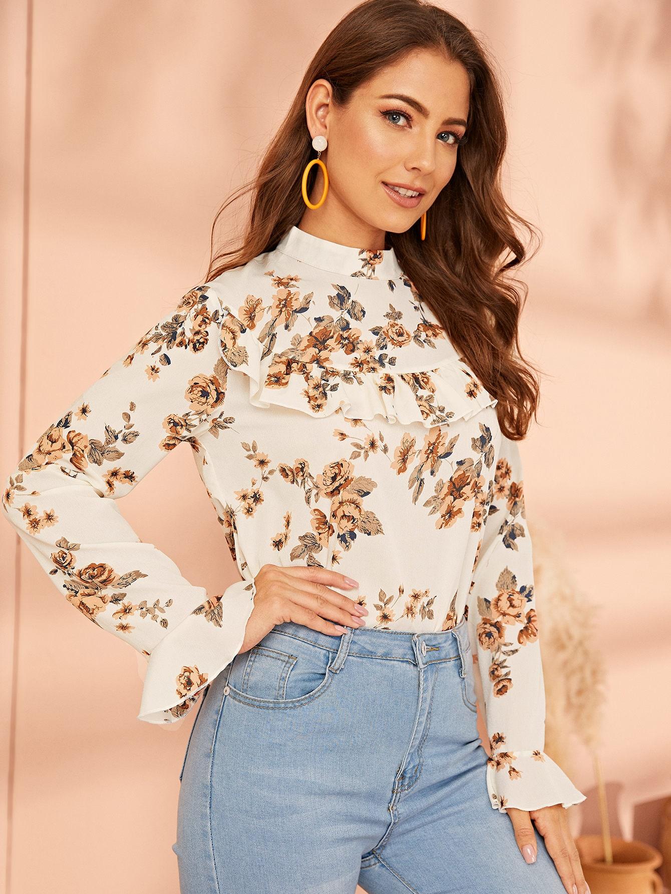Фото - Блузу с оригинальным рукавом, пуговицами и цветочным принтом от SheIn белого цвета