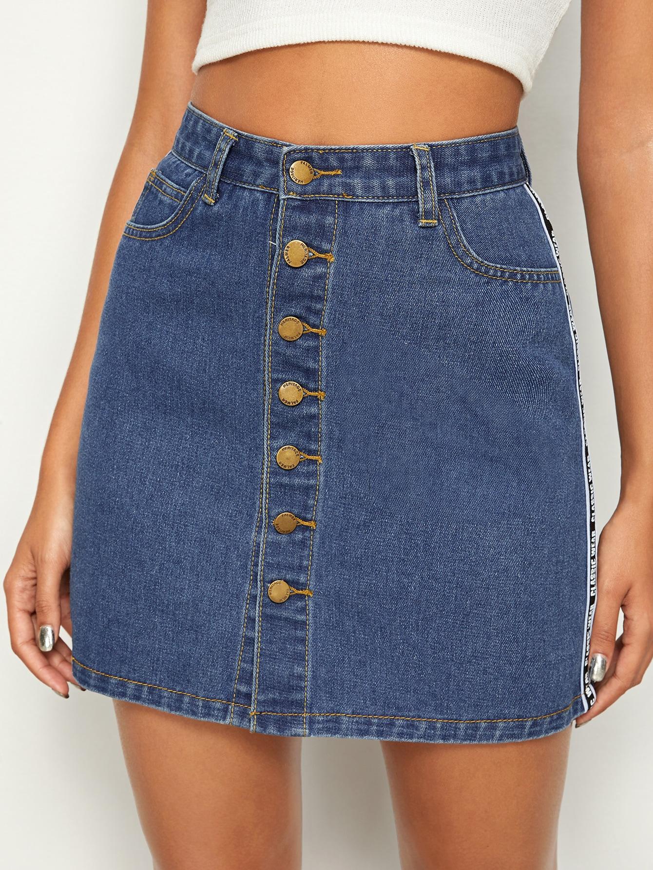 Фото - Джинсовая юбка на пуговицах с текстовой лентой от SheIn синего цвета