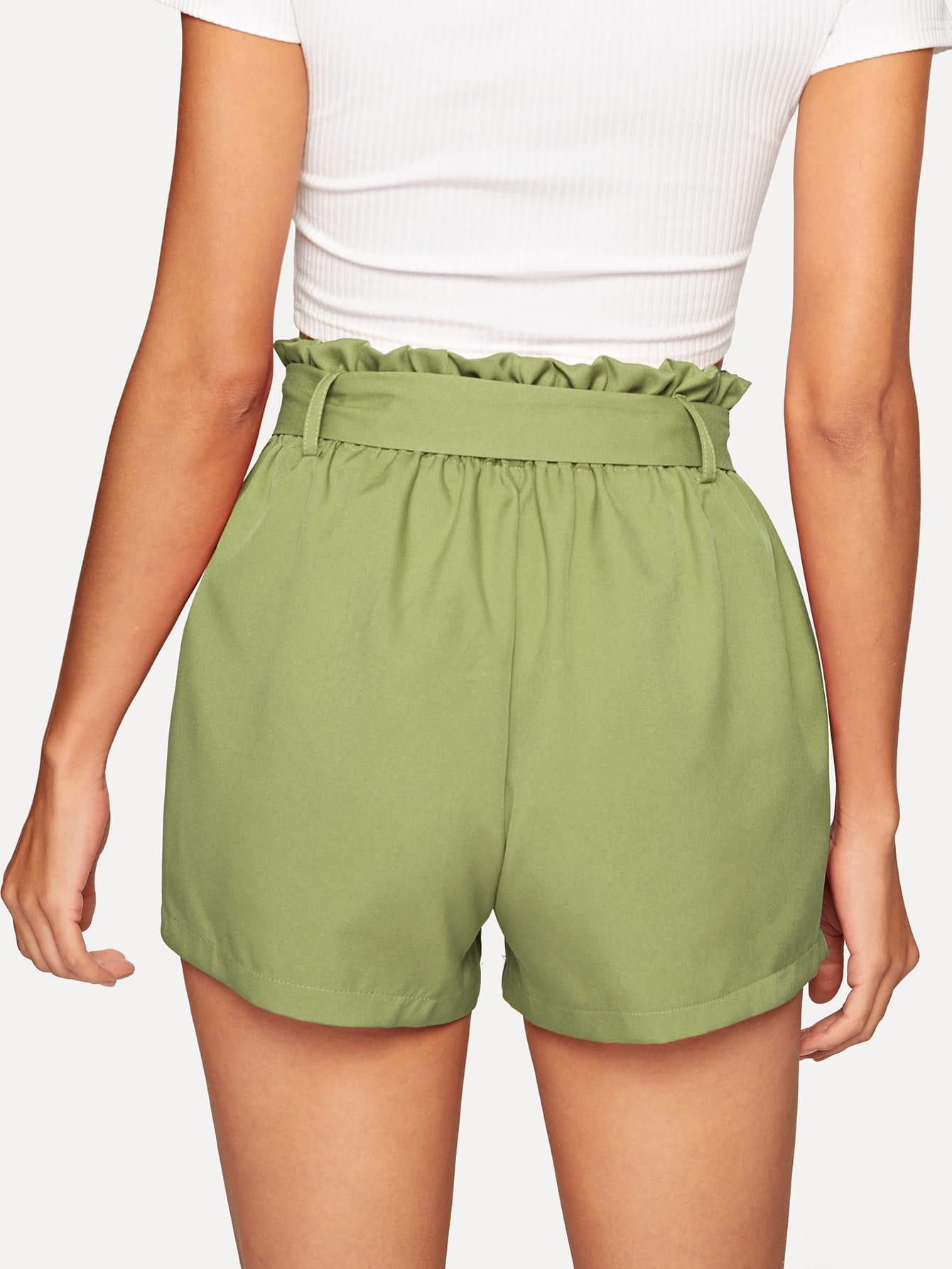 SHEIN / Shorts sólidos con volante con cinturón