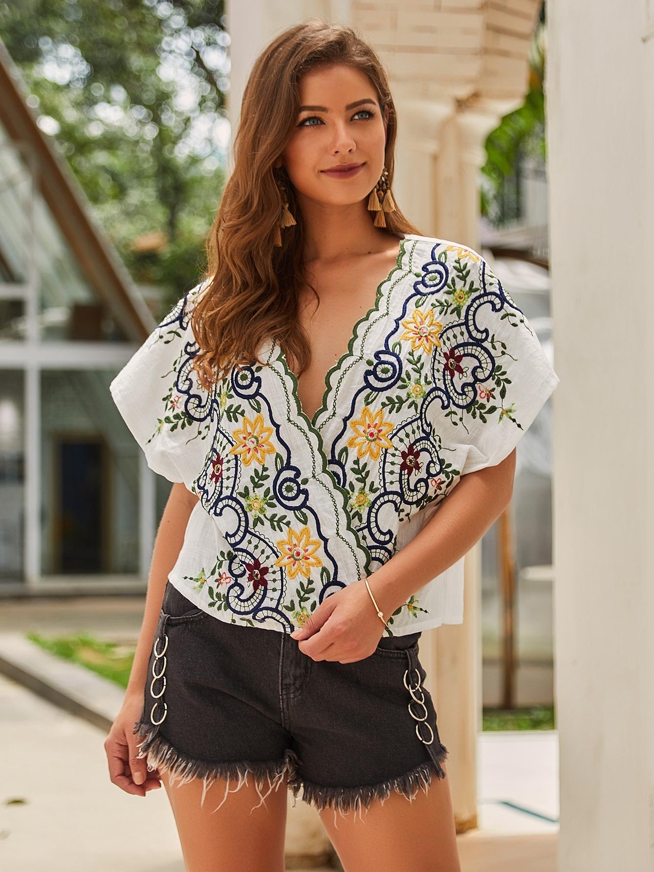 Фото - Блузу с фестончатым краем и вышивкой от SheIn белого цвета