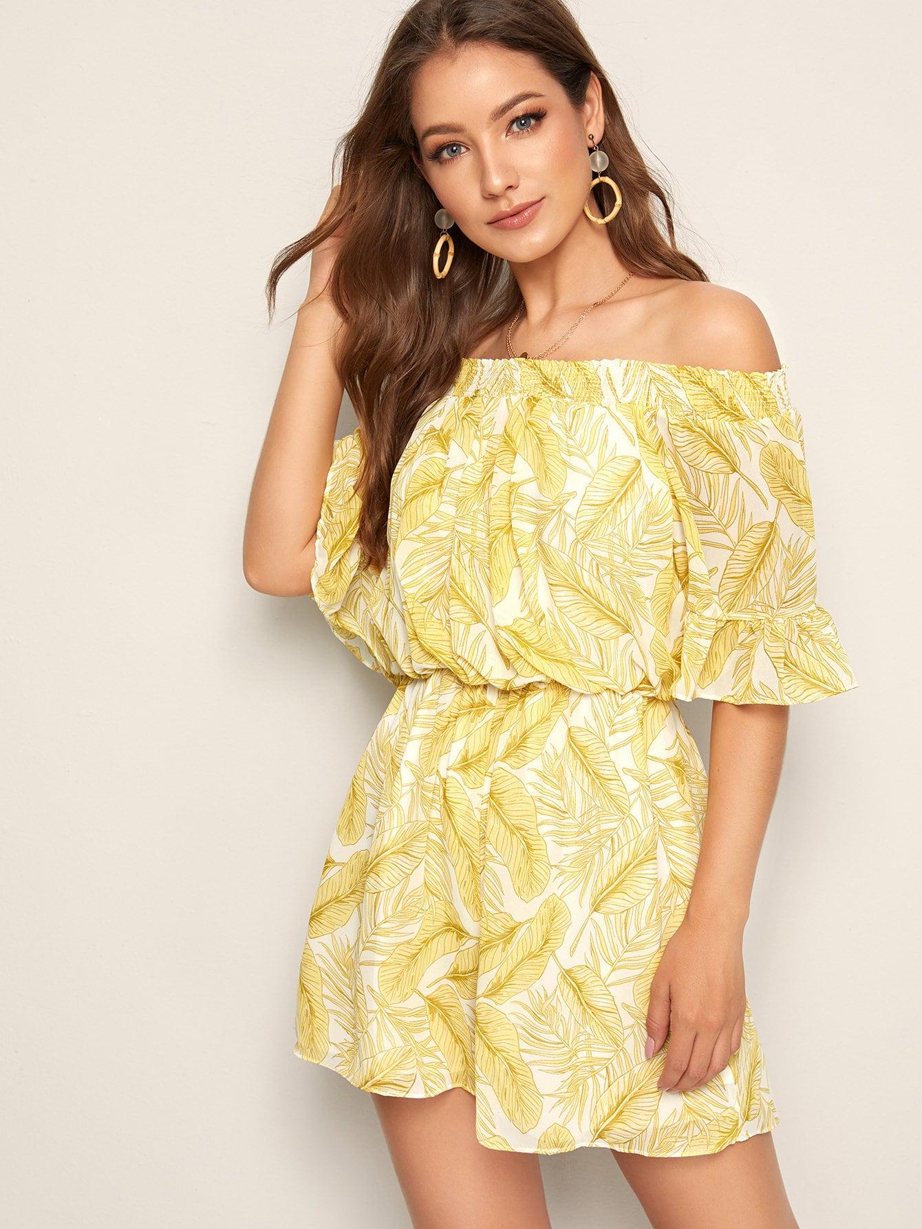 Фото - Комбинезон с открытыми плечами и тропическим принтом от SheIn желтого цвета