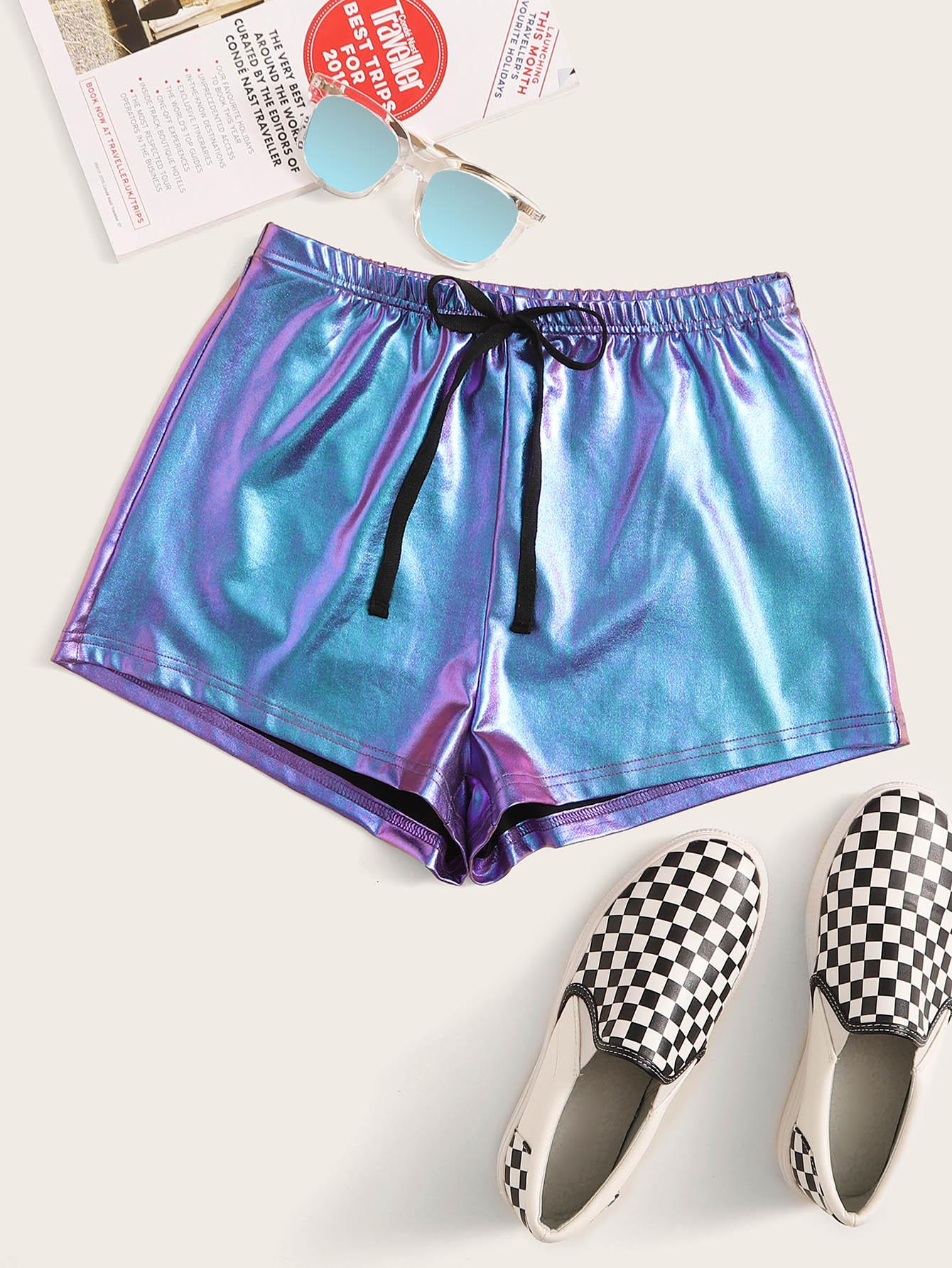 Фото - Металлические шорты с поясом от SheIn синего цвета