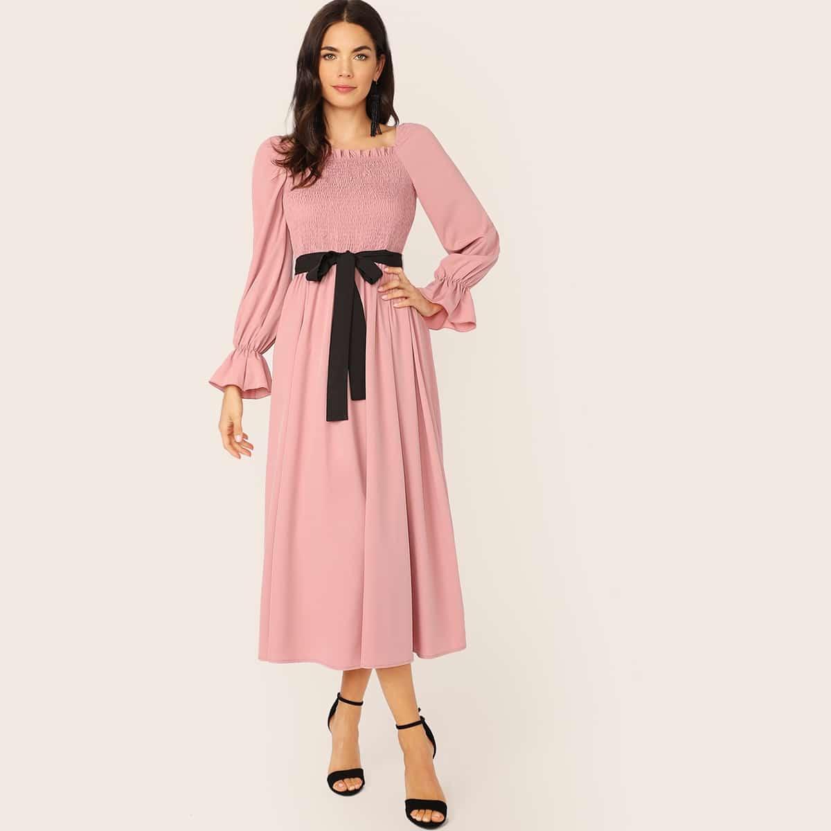 Платье с рюшами и поясом Image