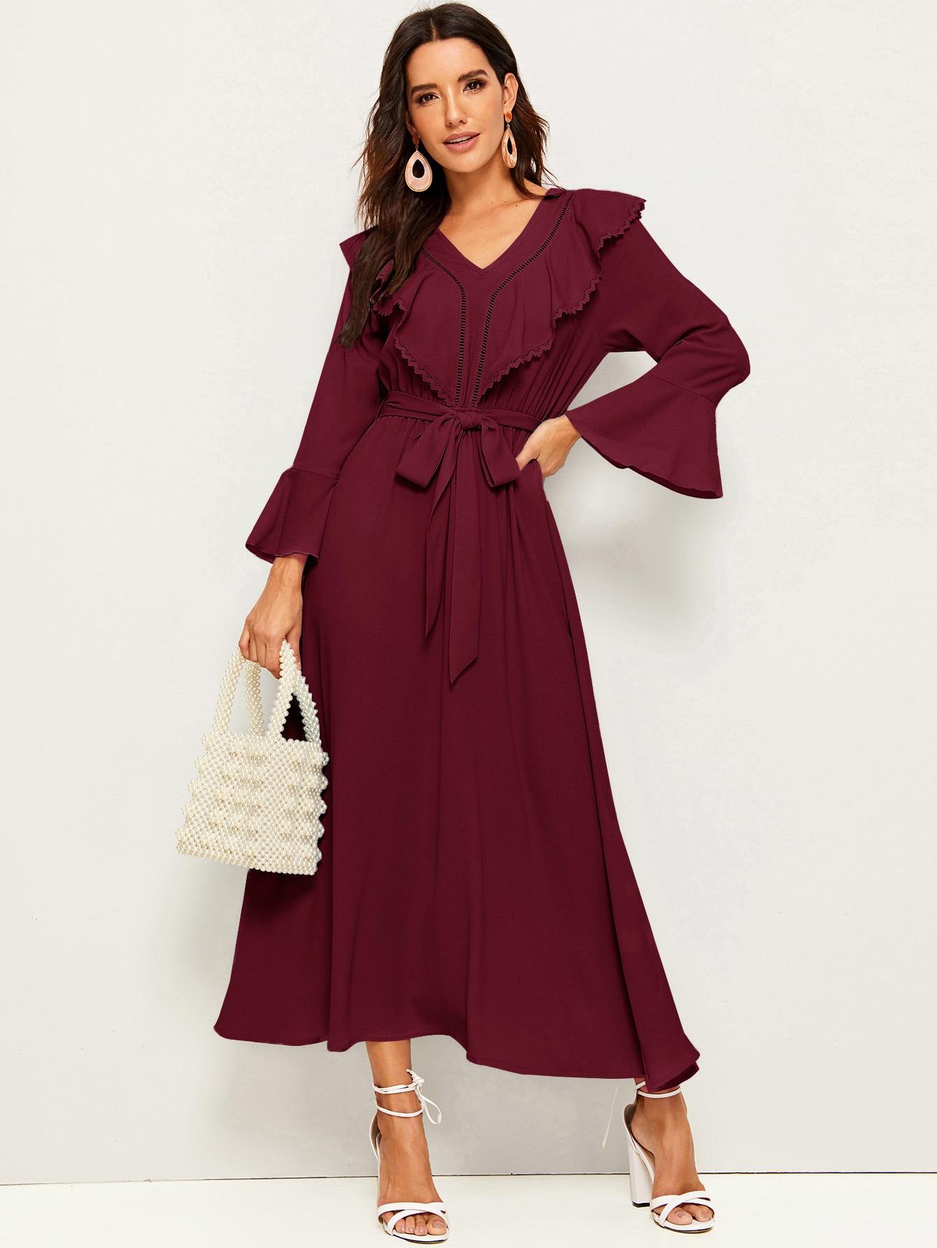Платье с оригинальным рукавом, кружевной отделкой и поясом