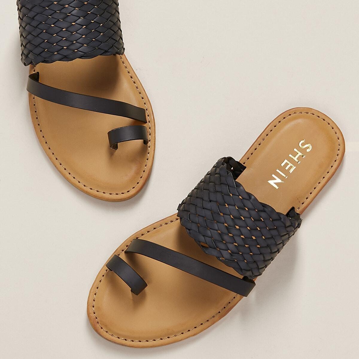 Плетеные сандалии на плоской подошве с кольцом на пальце ноги от SHEIN