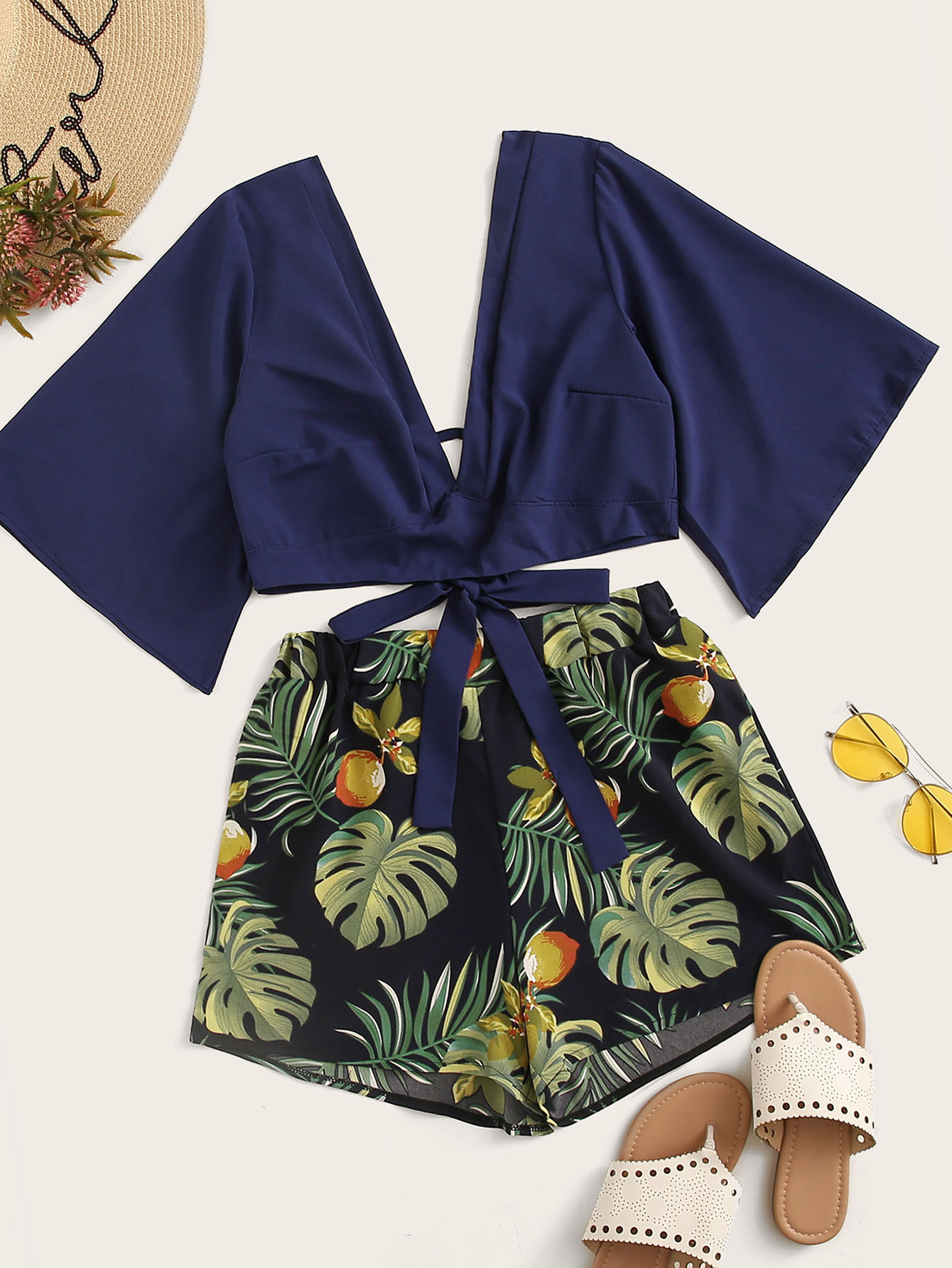 Фото - Топ с глубоким вырезом и шорты с тропическим принтом от SheIn цвет многоцветный