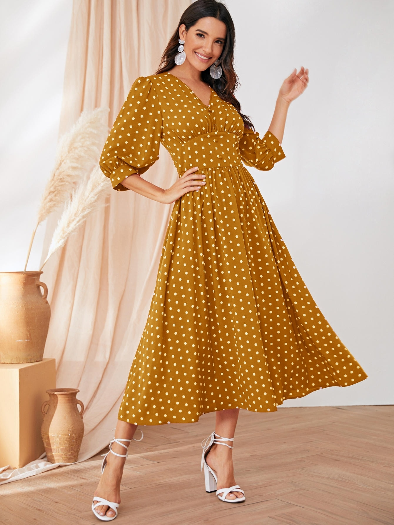 Платье в горошек с поясом и пуговицами