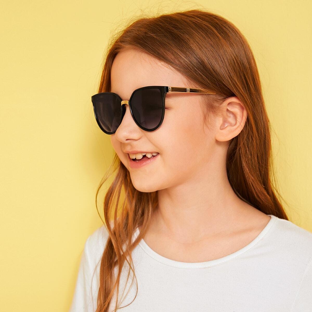 SHEIN / Kinder Sonnenbrille mit festem Rahmen und flacher Linse