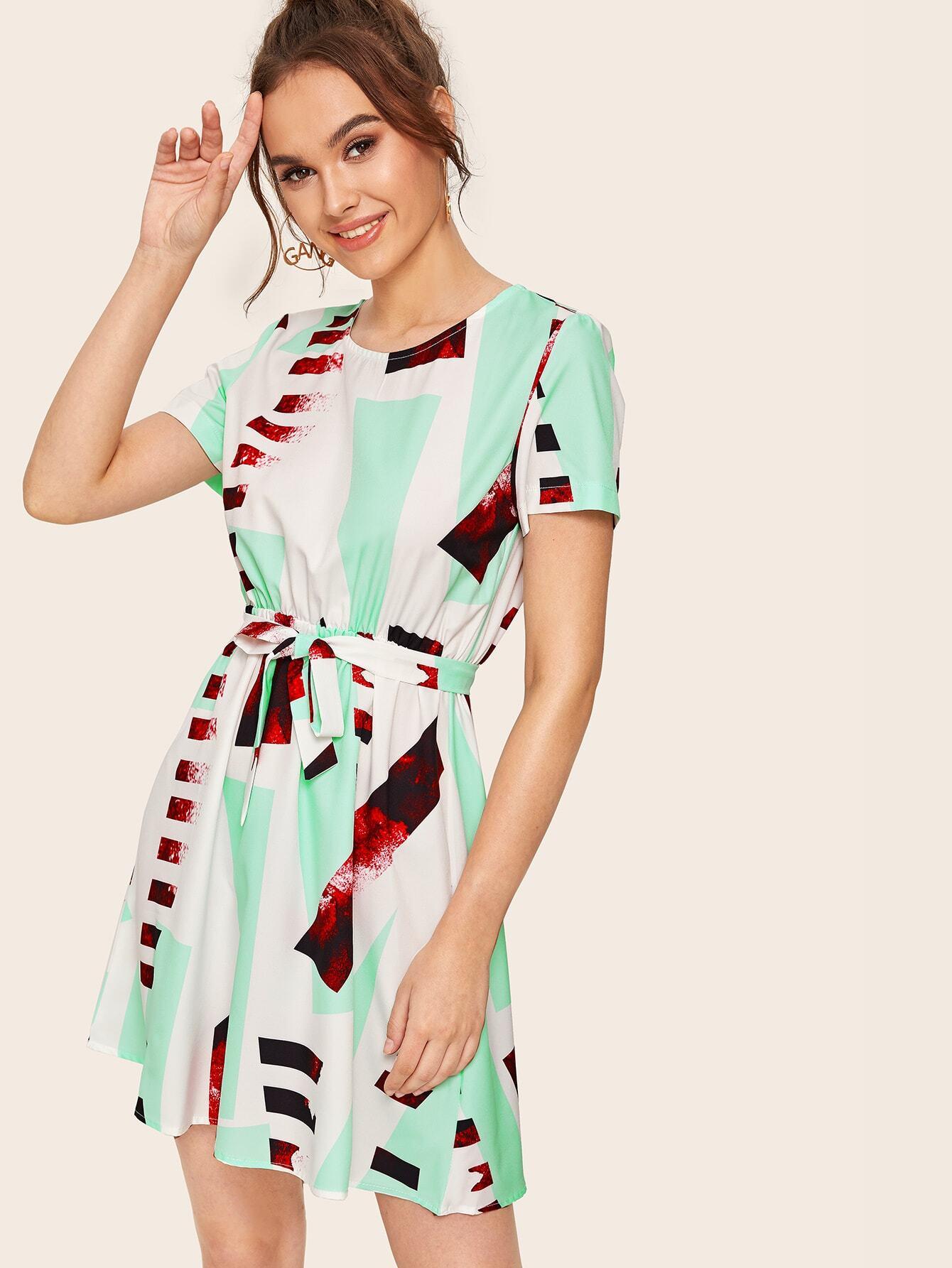 Фото - Платье с геометрическим принтом и поясом от SheIn цвет многоцветный