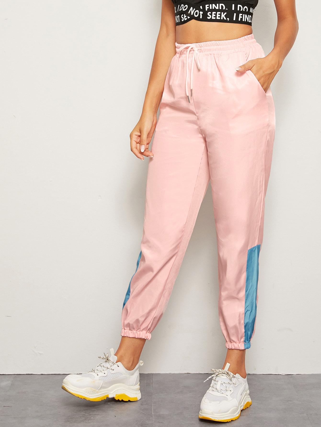 Фото - Спортивные брюки на кулиске с полосками от SheIn розового цвета