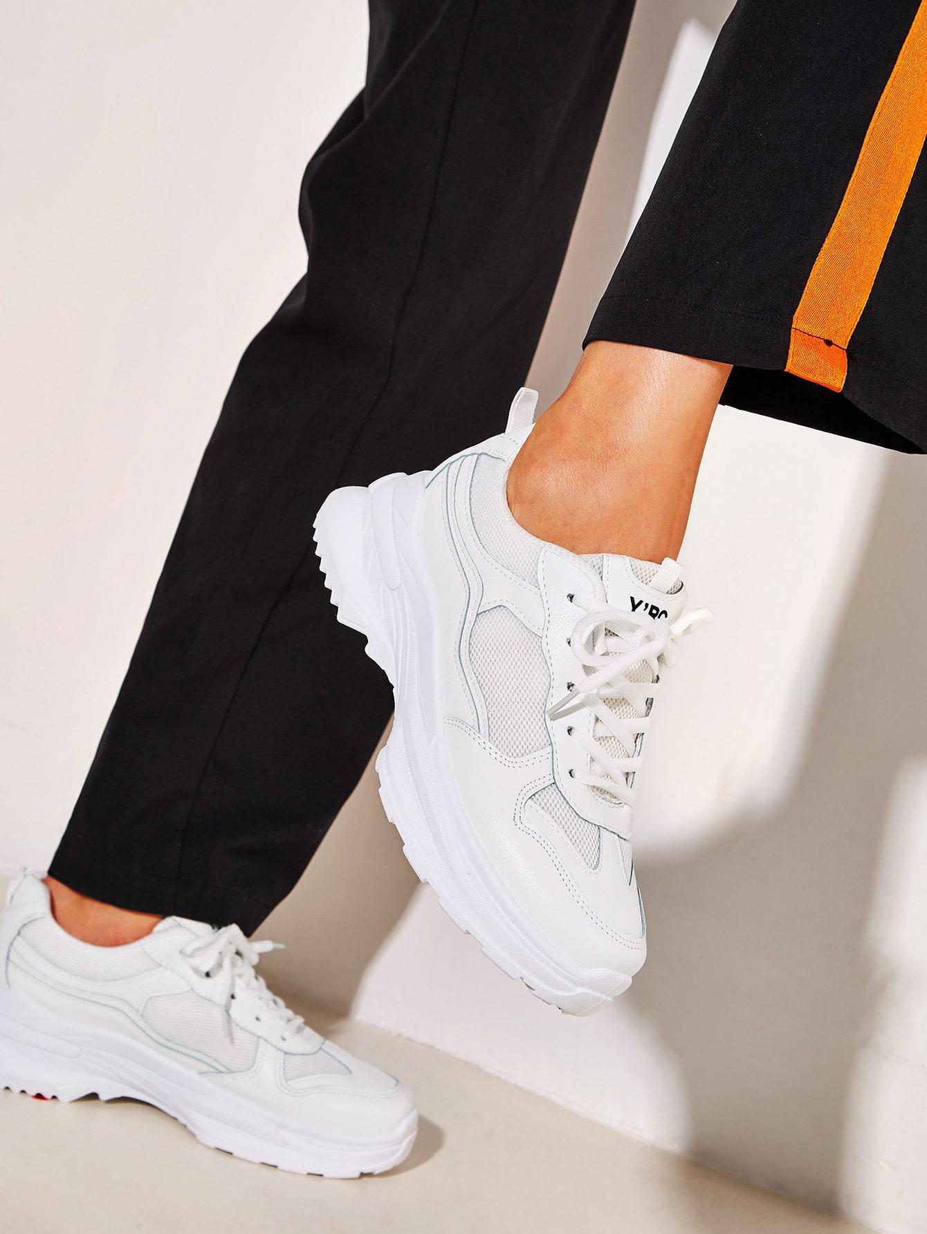 Фото - Кроссовки на шнуровке с подошвой от SheIn белого цвета