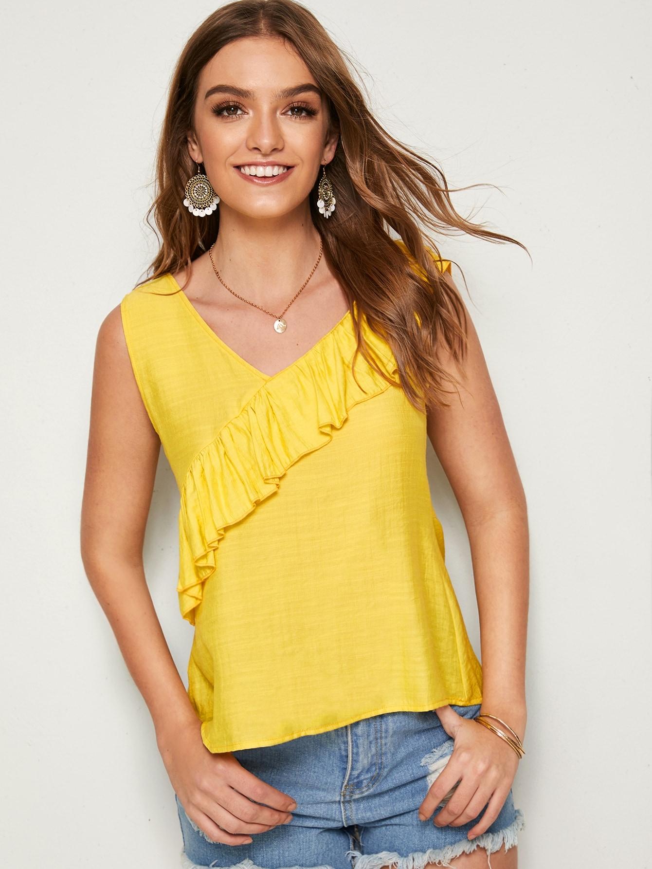 Фото - Блузу с оборкой и V-образным вырезом от SheIn желтого цвета