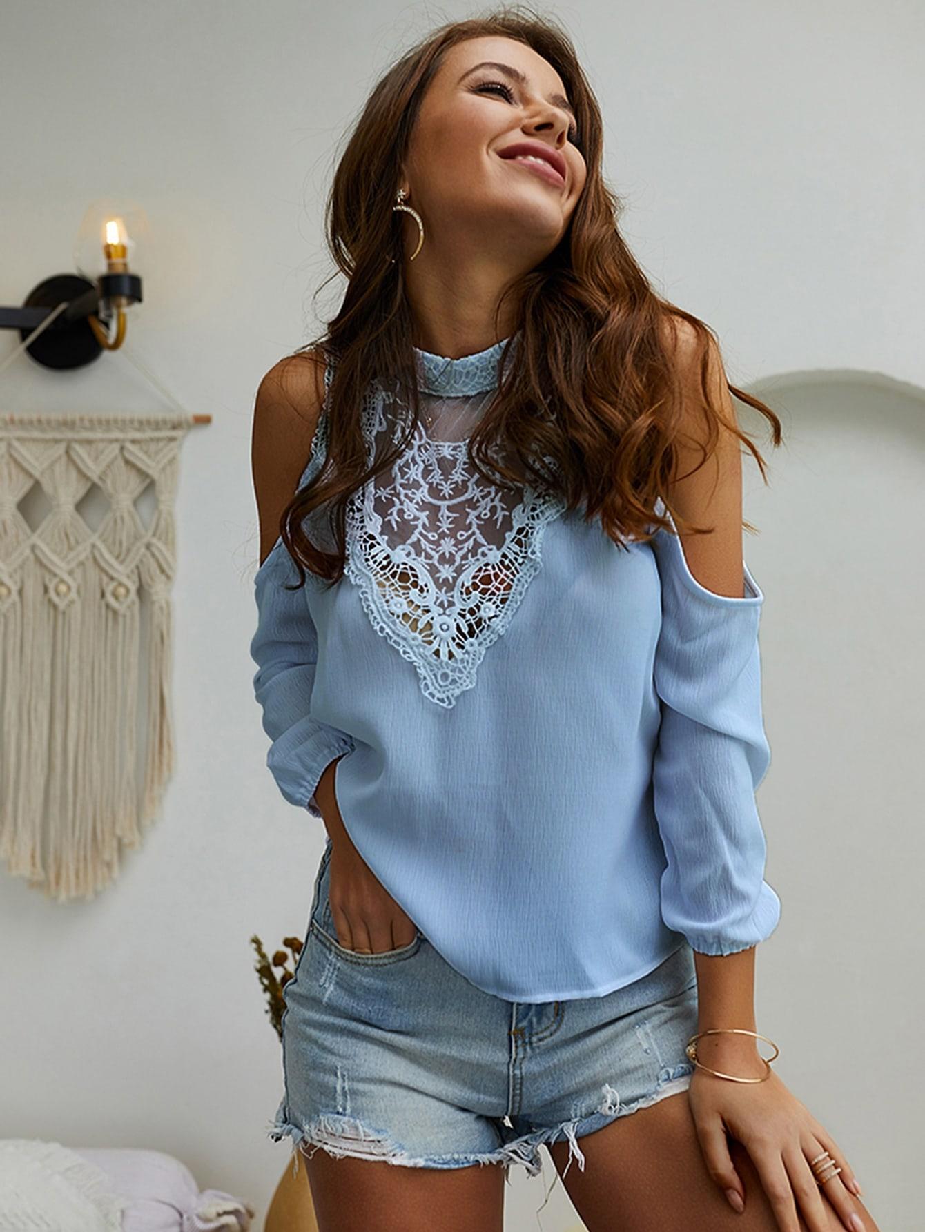 Фото - Блузу с кружевом, открытым плечом и воротником-стойка от SheIn синего цвета