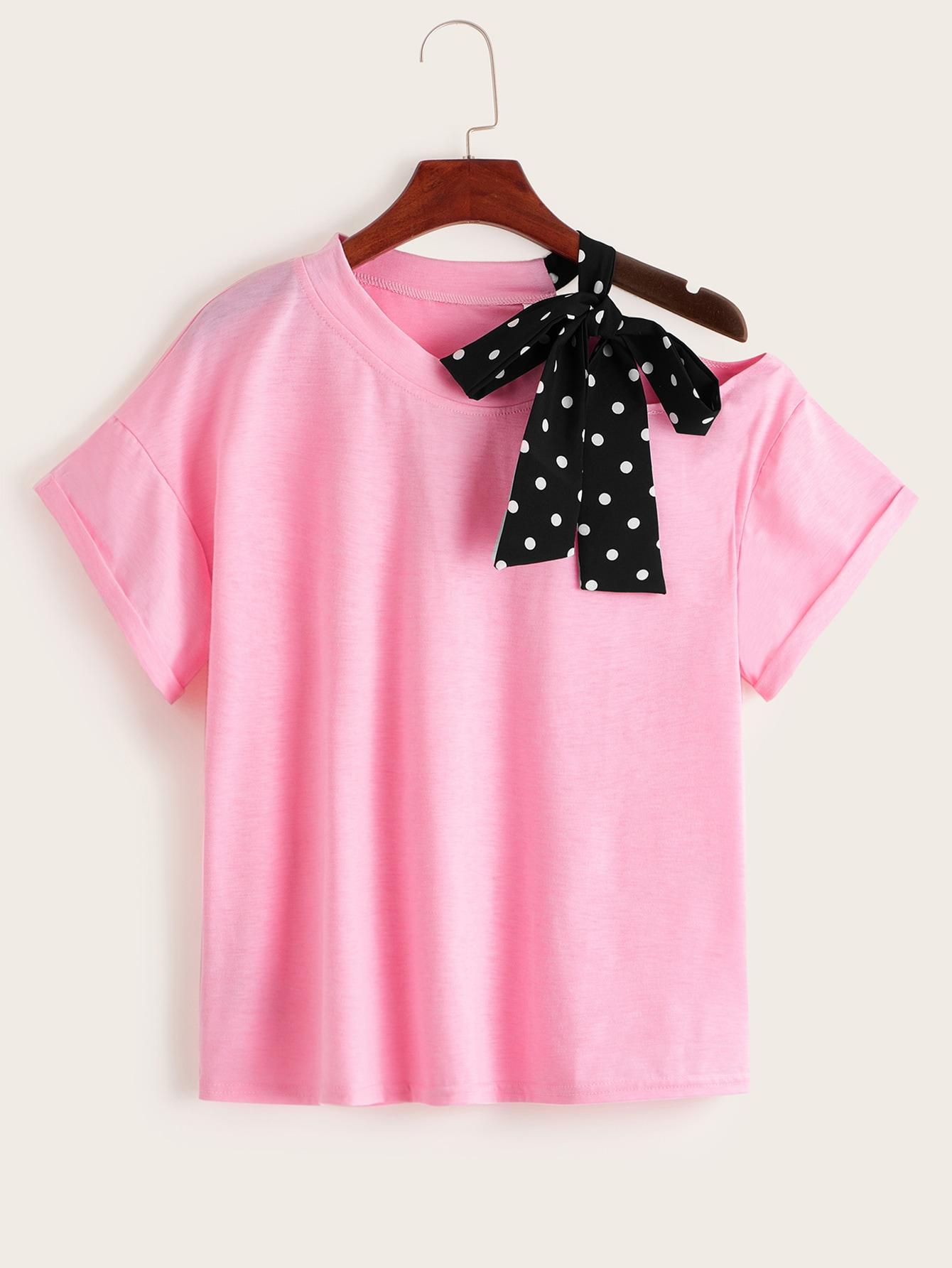 Фото - Футболку в горошек с открытым плечом от SheIn розового цвета