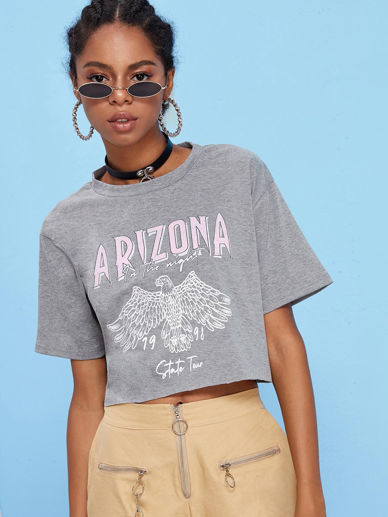 Фото - Короткая футболка с оригинальным принтом от SheIn серого цвета