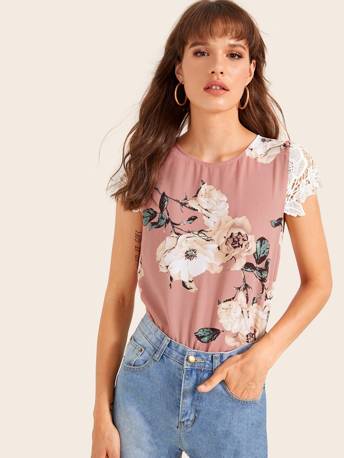 Фото - Блузу с пуговицами и цветочным принтом от SheIn розового цвета
