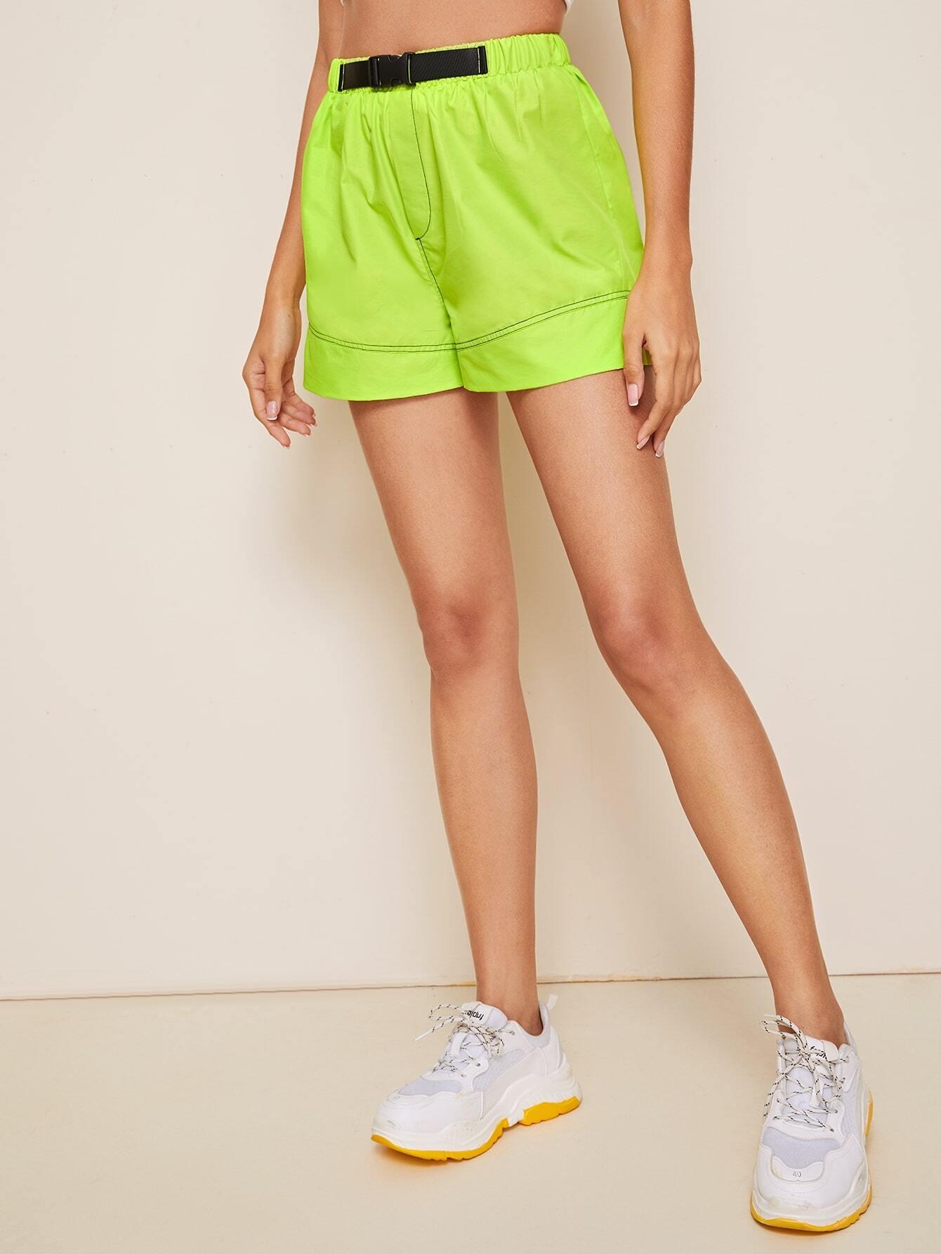 Фото - Неоновые шорты с пряжкой от SheIn зеленого цвета