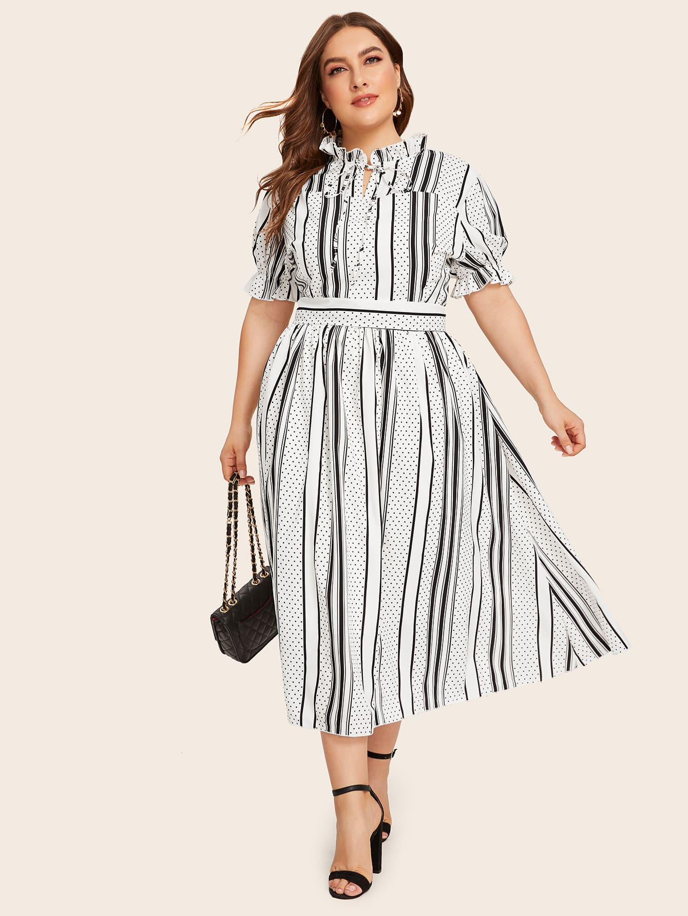 Фото - Полосатое платье в горошек размера плюс с воротником-бантом от SheIn цвет чёрнобелые