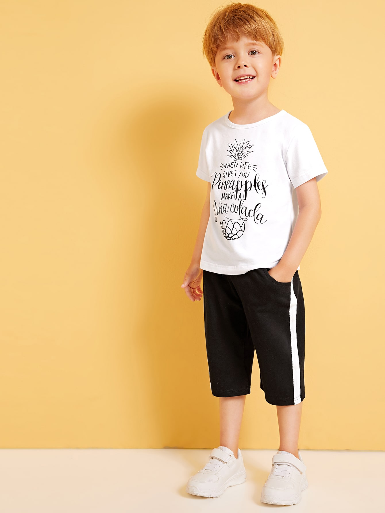 Фото - Футболку с текстовым принтом и брюки с контрастной отделкой для мальчиков от SheIn цвет чёрнобелые