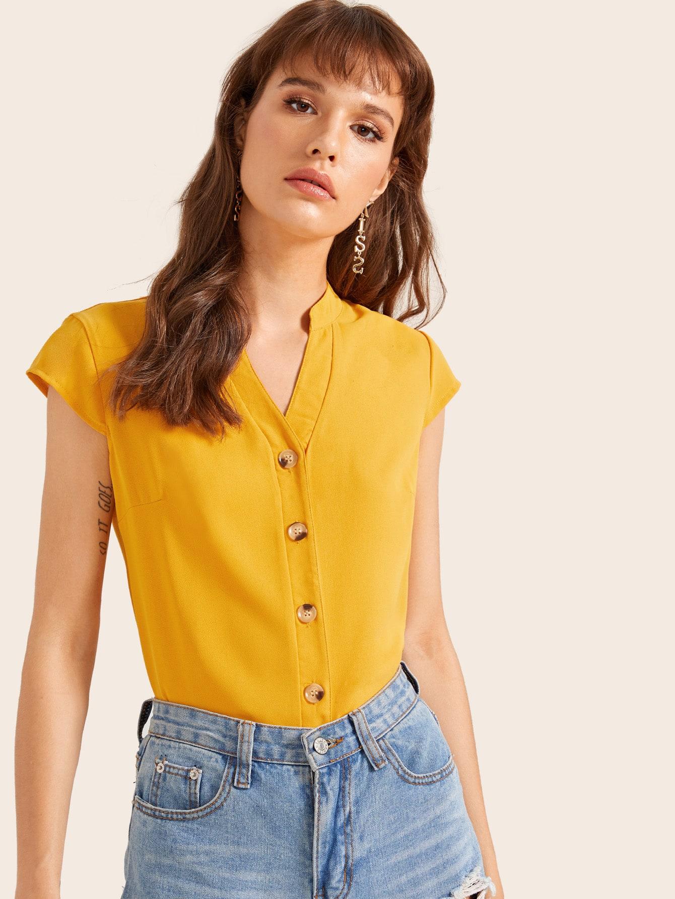 Фото - Блузу с пуговицами и v-образным вырезом от SheIn желтого цвета