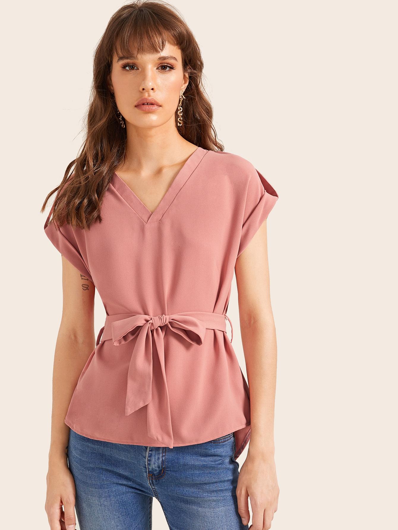Фото - Блузу с v-образным вырезом и поясом от SheIn розового цвета