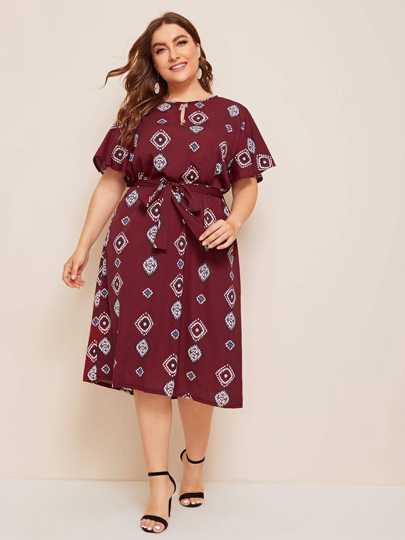 Фото - Платье размера плюс с племенным принтом и поясом от SheIn бордового цвета