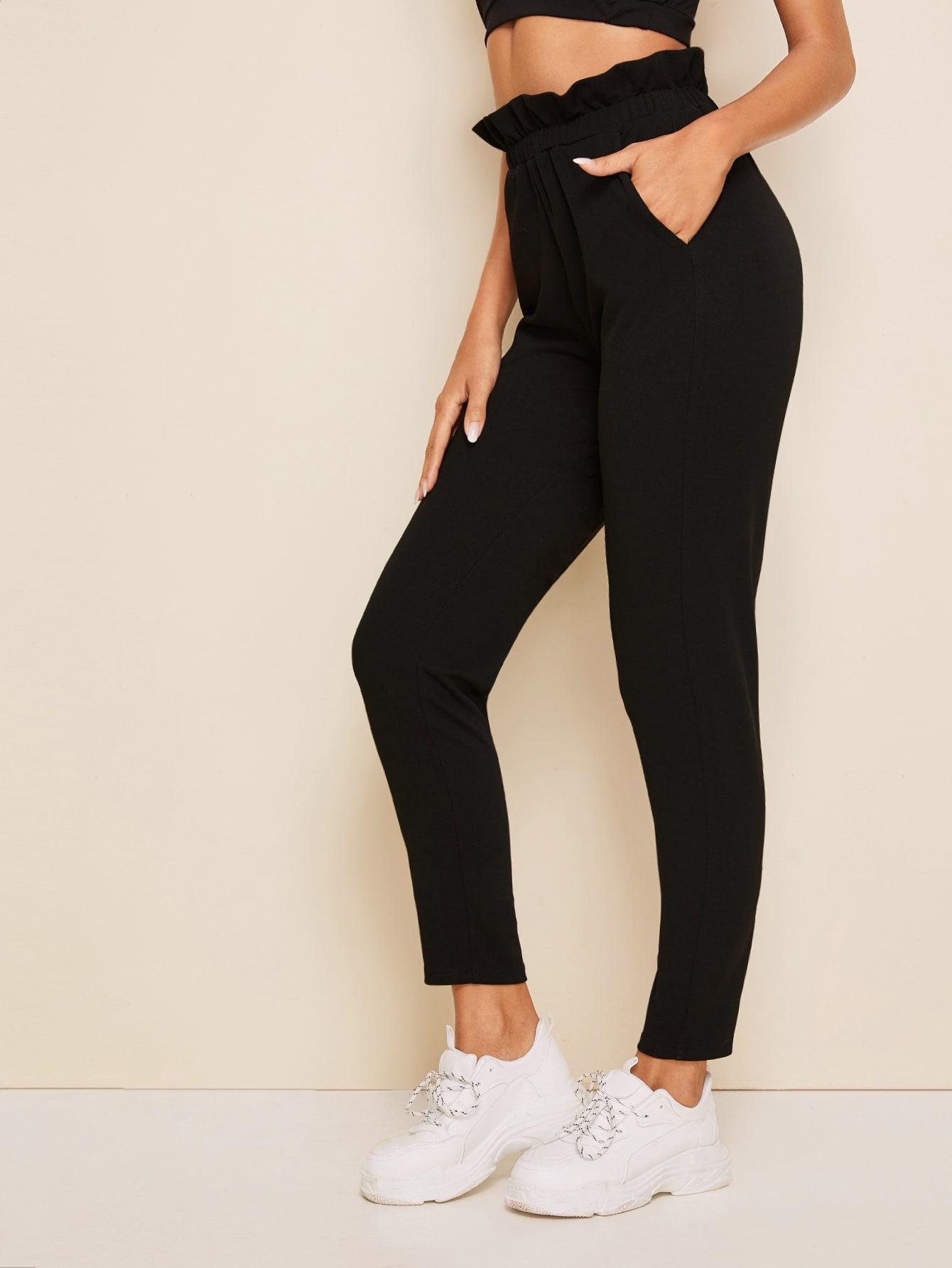 Фото - Однотонные брюки с присборенной талией от SheIn черного цвета