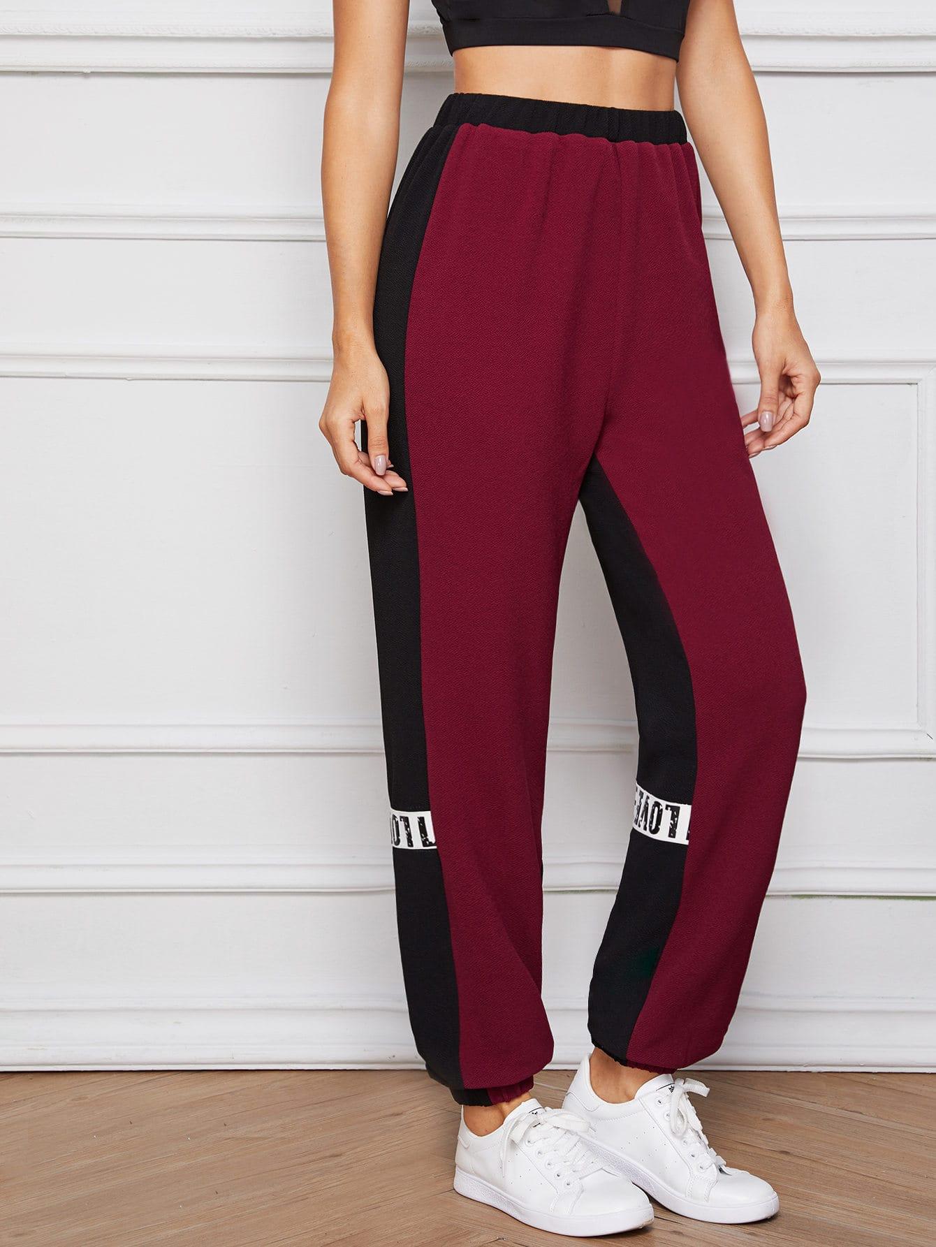 Фото - Контрастные спортивные брюки с текстовым принтом от SheIn цвет бургундия