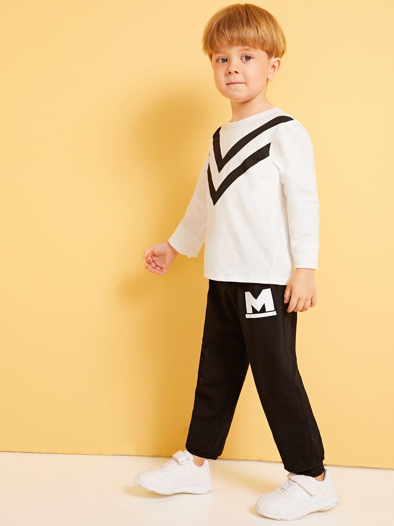 Фото - Футболку и брюки с текстовым принтом для мальчиков от SheIn цвет чёрнобелые