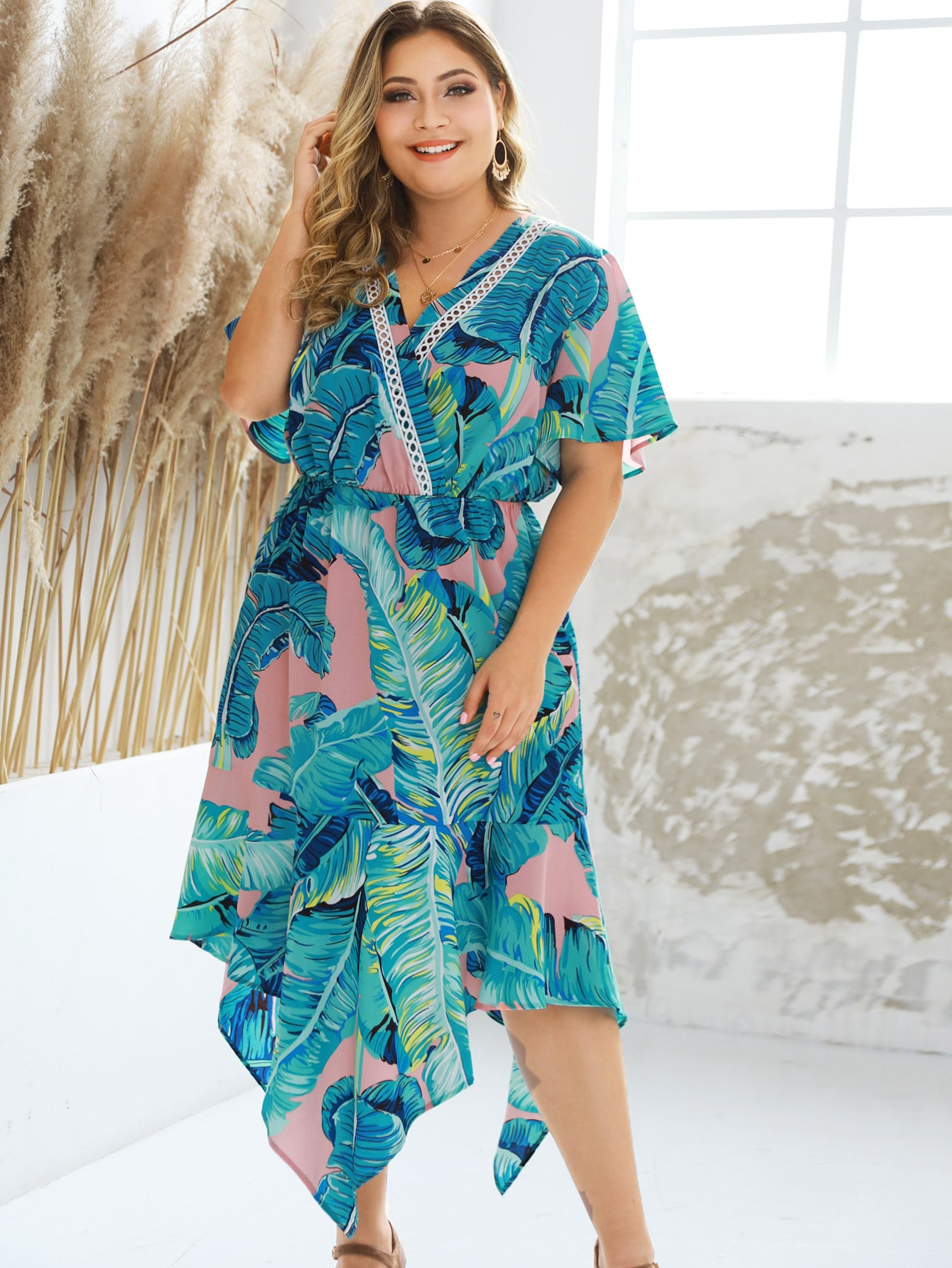Фото - Асимметричное платье с тропическим принтом и глубоким V-образным вырезом размера плюс от SheIn цвет синие