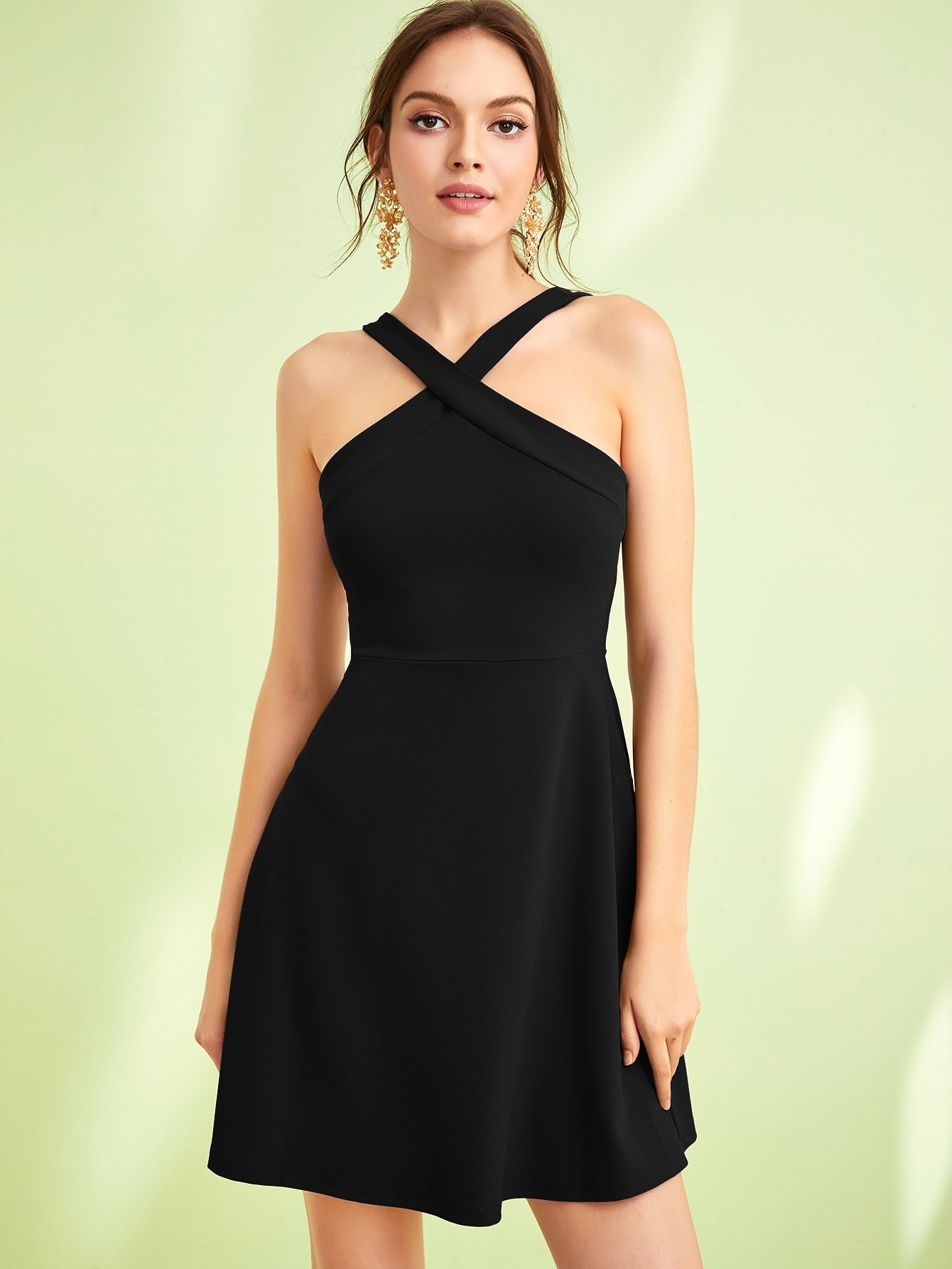 Фото - Однотонное приталенное расклешенное платье с халтером от SheIn цвет чёрные