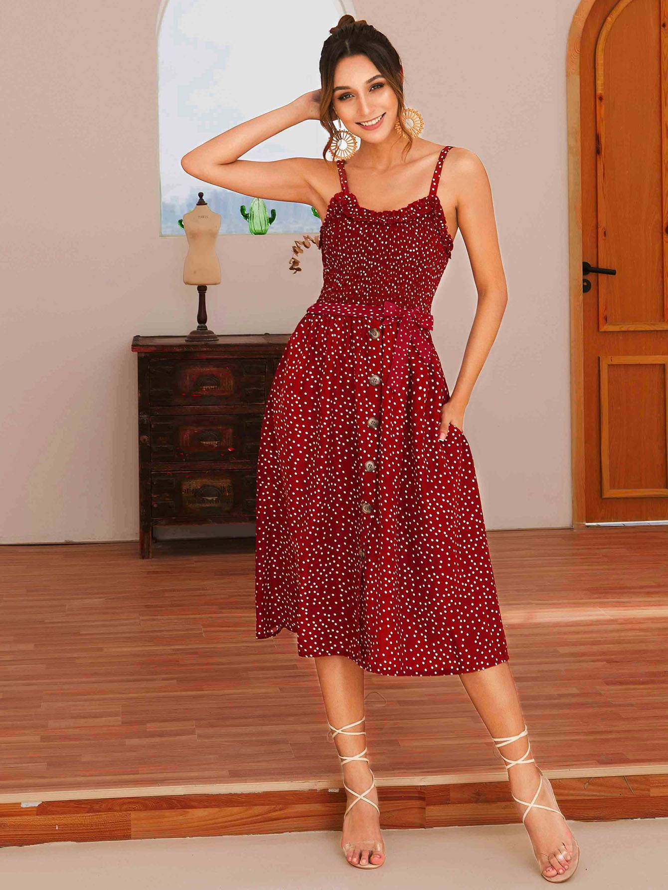 Фото - Платье в горошек на бретелях с поясом и оригинальной отделкой от SheIn цвет красные