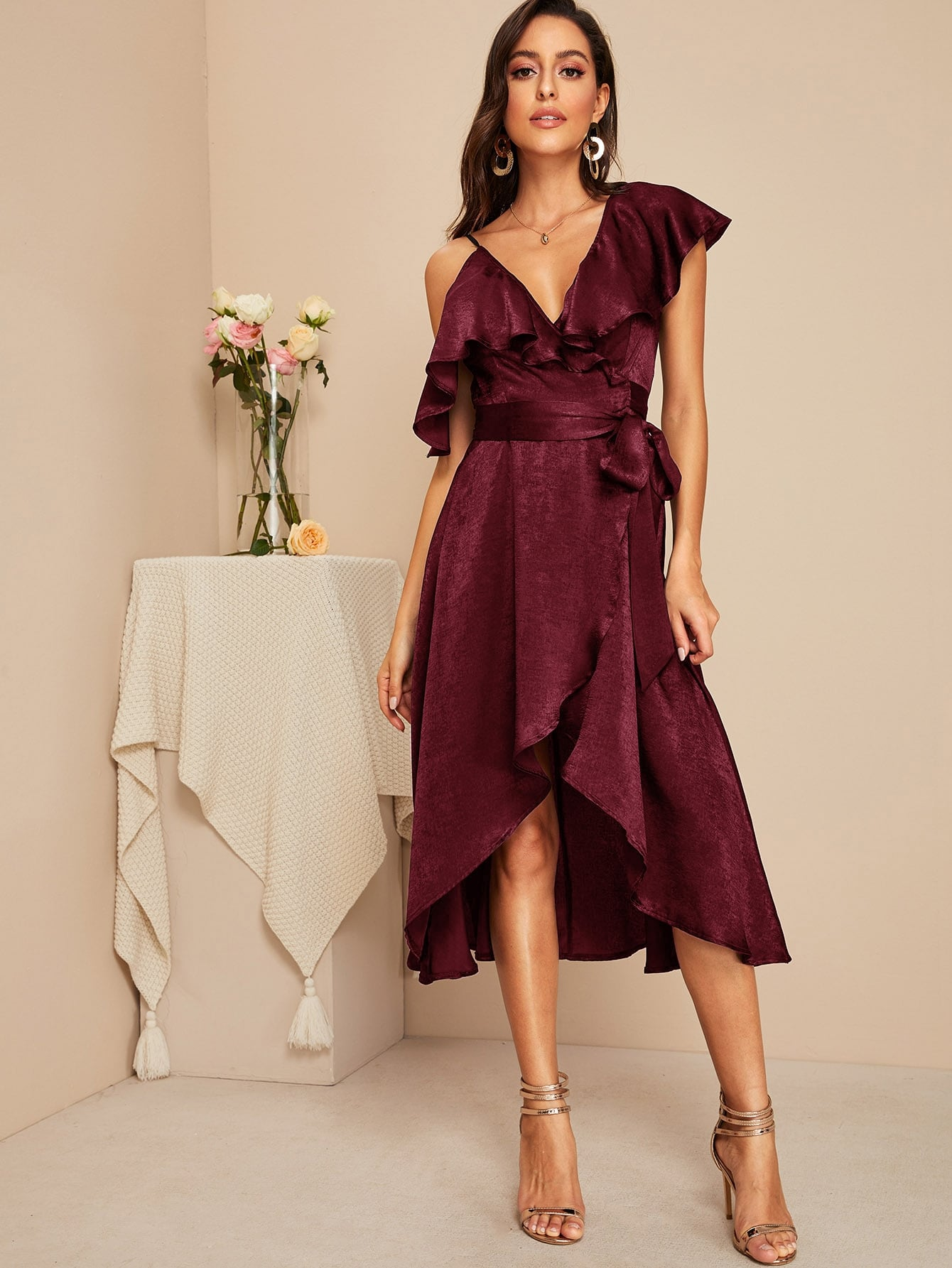 Фото - Атласное платье с оборками и асимметричным воротником от SheIn цвет бургундия