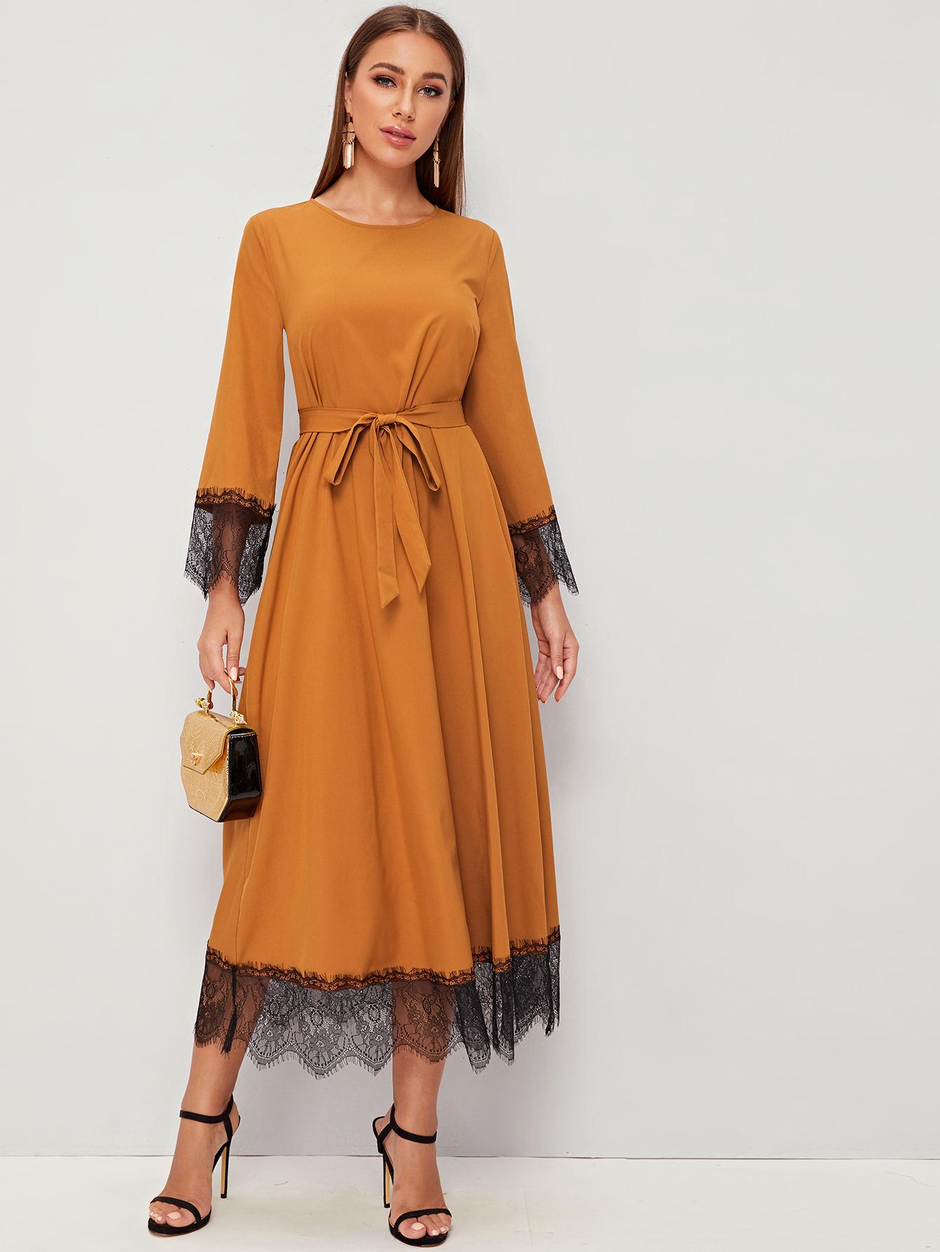 Платье с кружевным низом и поясом