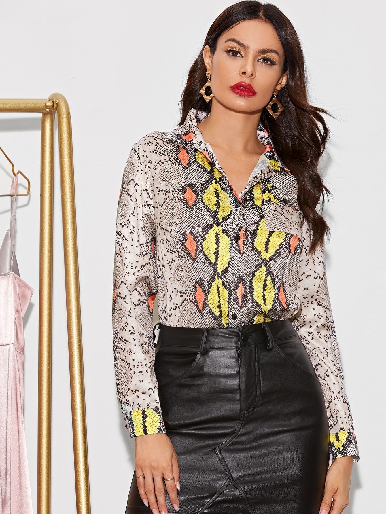 Фото - Блузу с пуговицами и змеиным принтом от SheIn цвет многоцветный