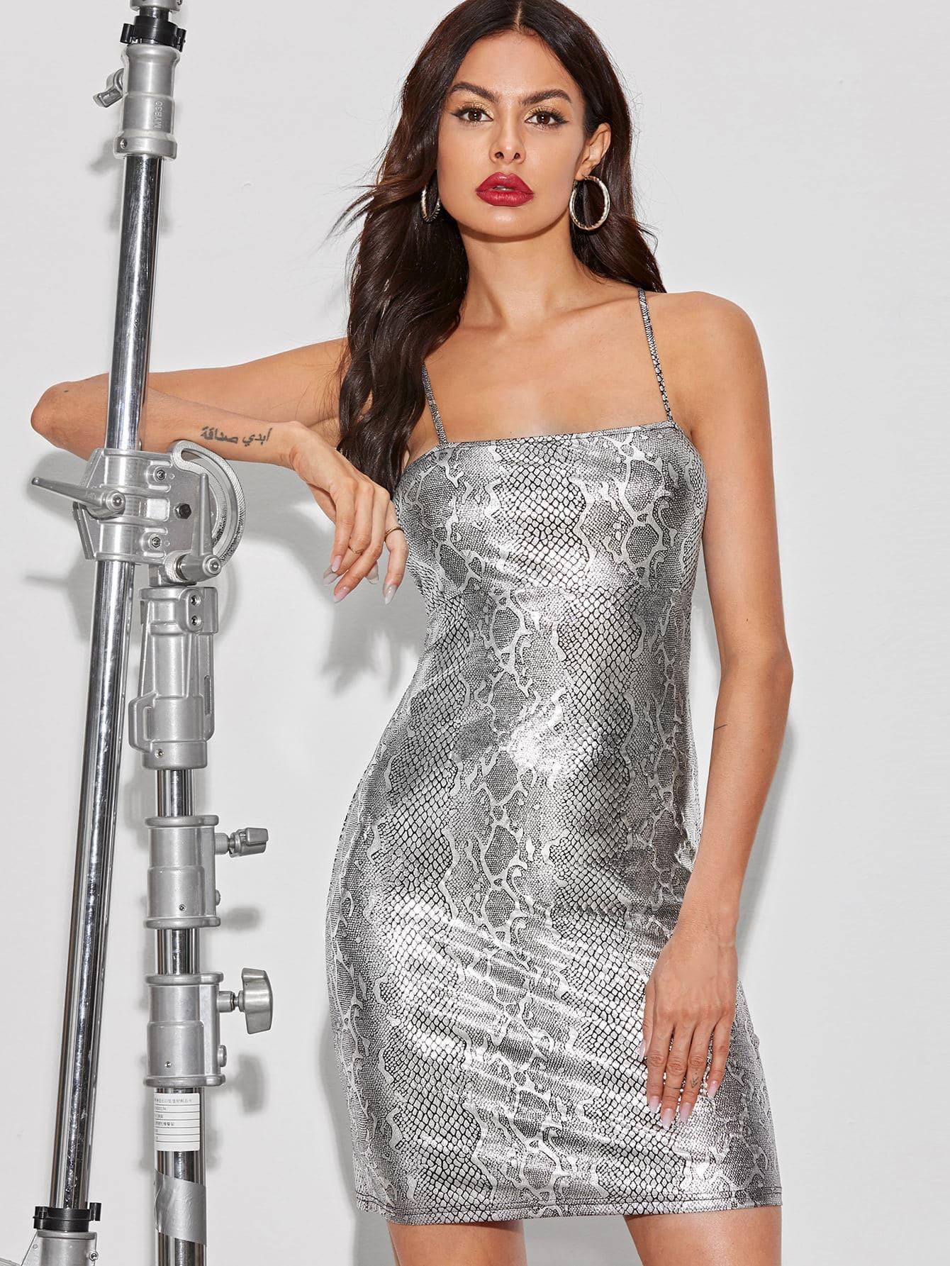 Фото 10 - Стильное платье с фестончатым краем от SheIn цвет чёрные