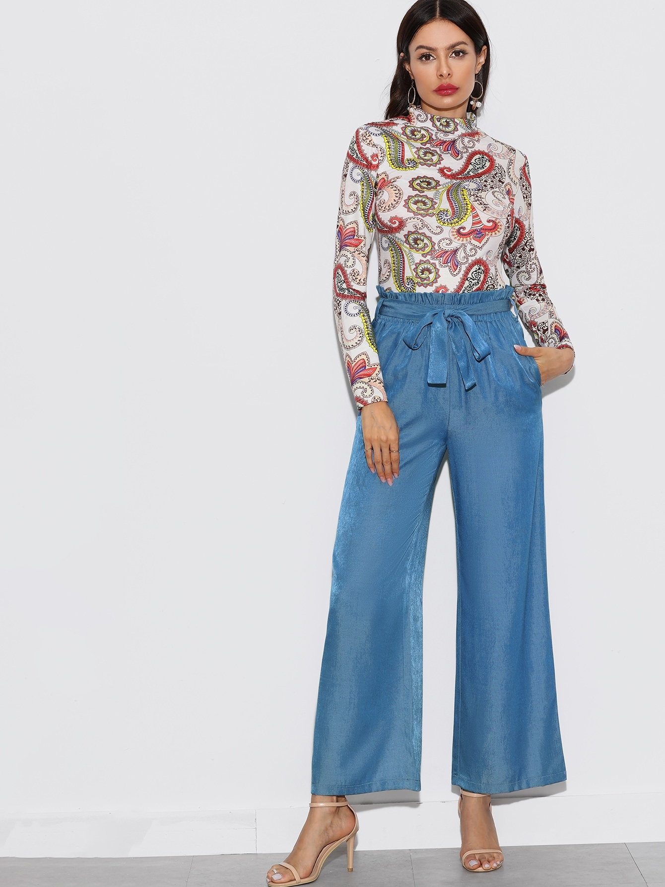 Фото - Широкие джинсы с присборенной талией и поясом от SheIn синего цвета