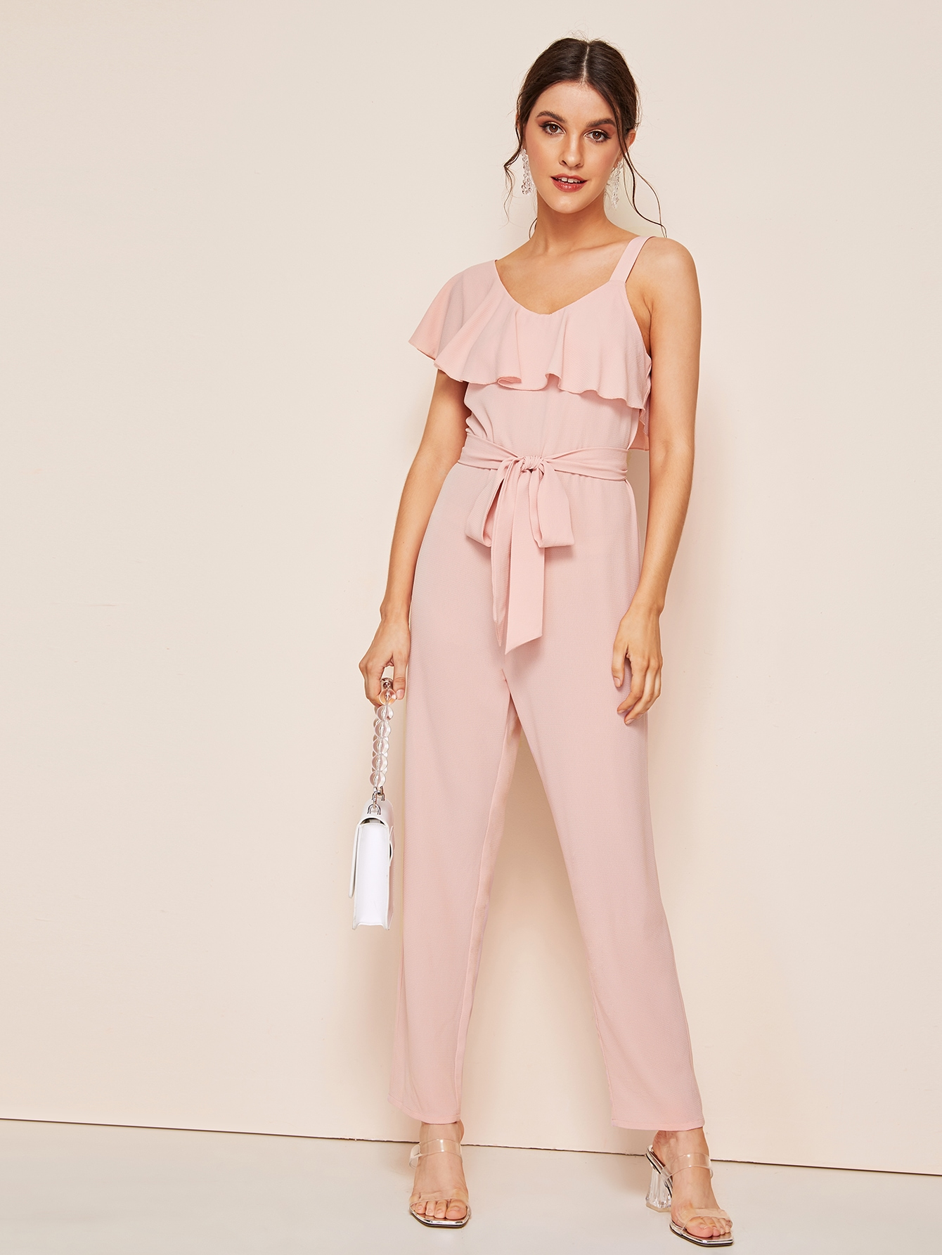 Фото - Комбинезон с поясом, оборкой и асимметричным воротником от SheIn розового цвета