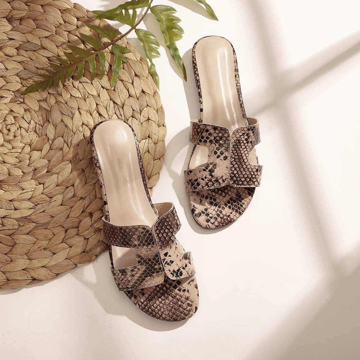 Тапочки с открытым носком и змеиным принтом от SHEIN