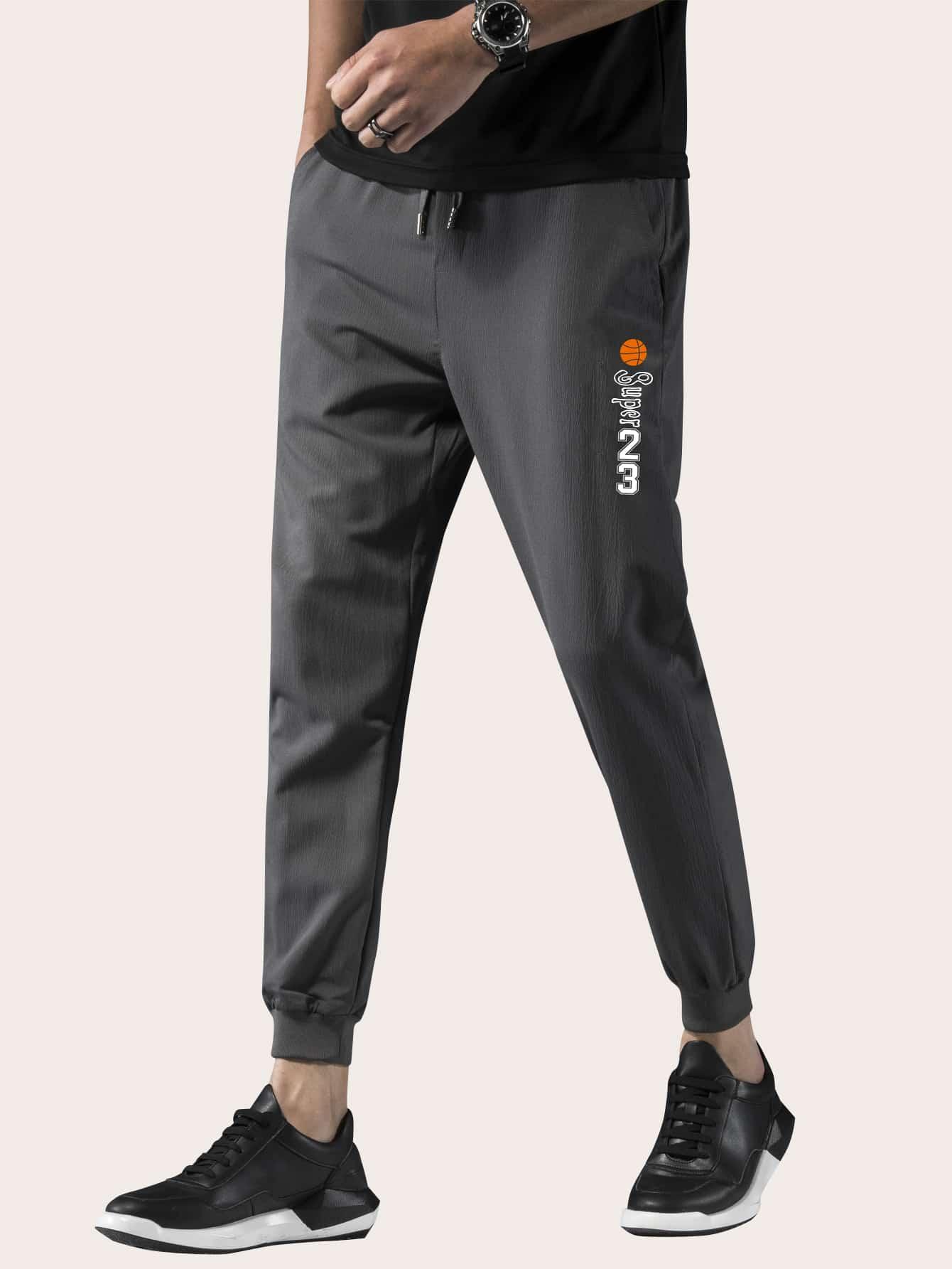 Фото - Мужские брюки на кулиске с текстовым принтом от SheIn серого цвета