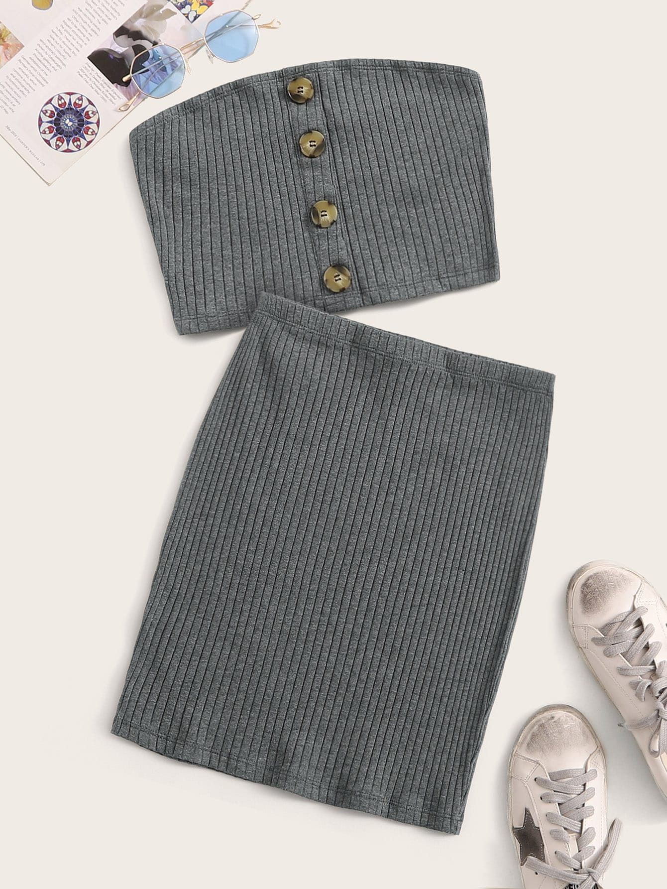 Фото - Вязаный ребристый топ с пуговицами и юбка от SheIn серого цвета